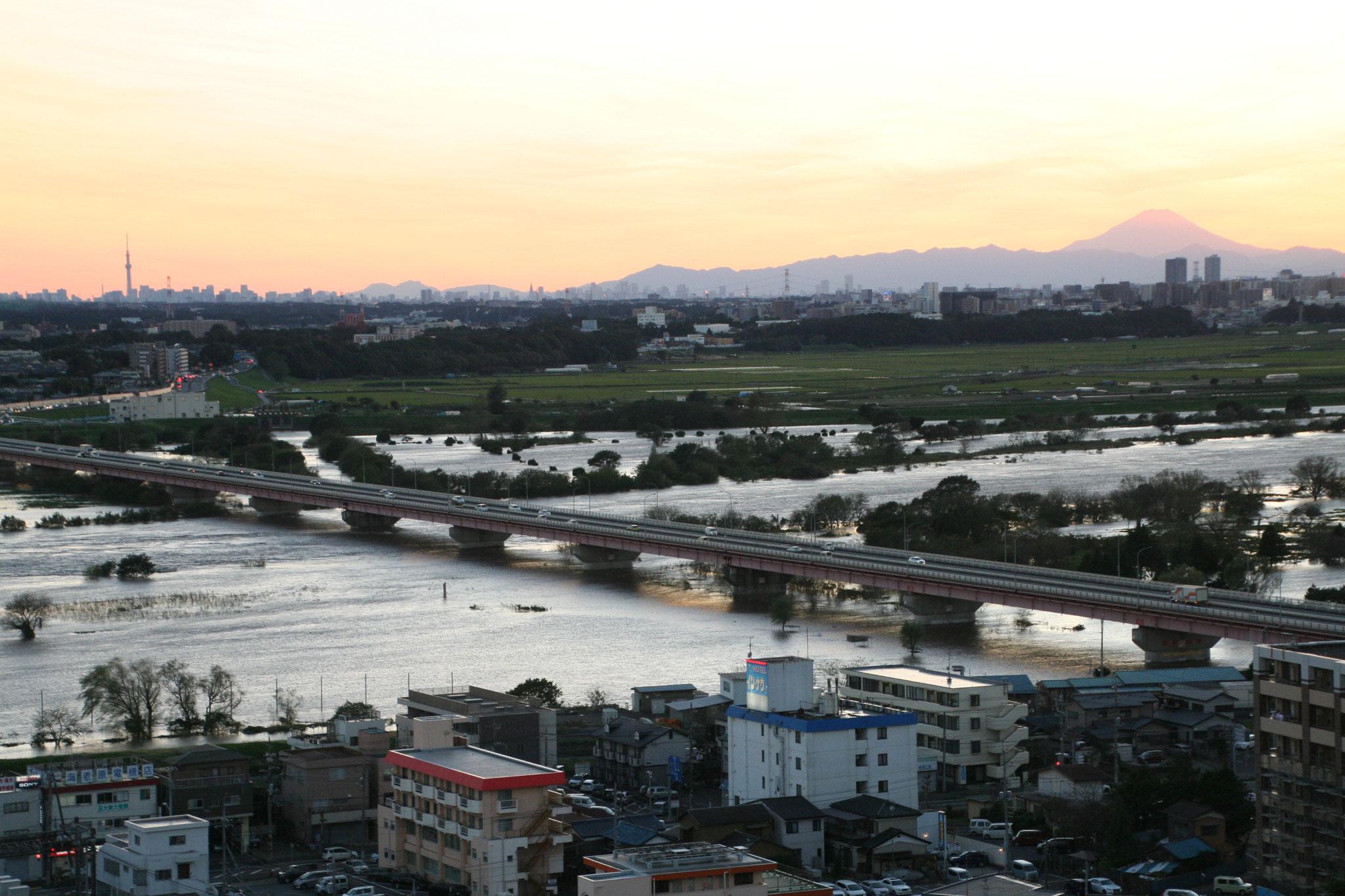 増水した利根川と富士と並んでスカイツリー