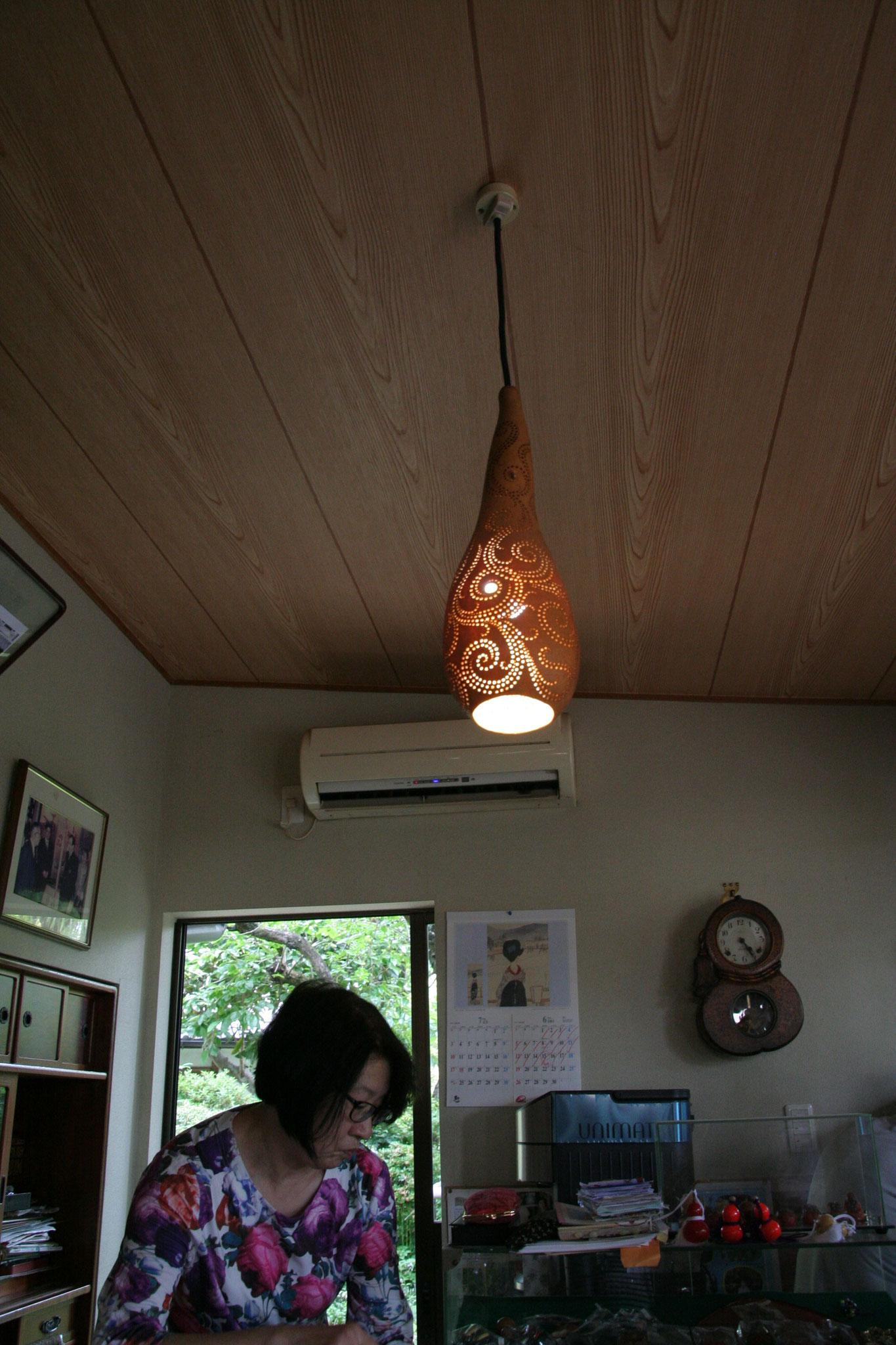 天井からぶら下がる瓢箪のライト。