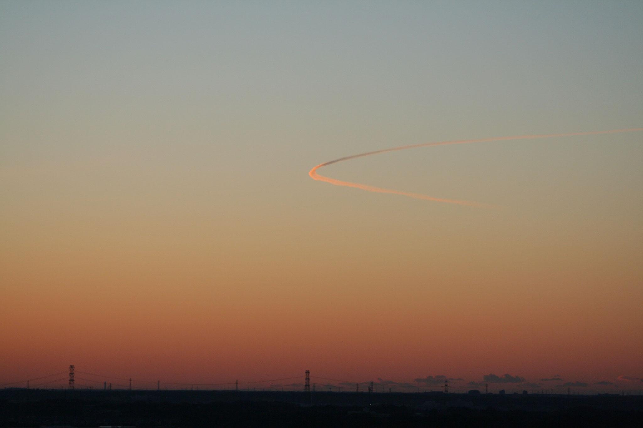 夜明けの飛行機雲