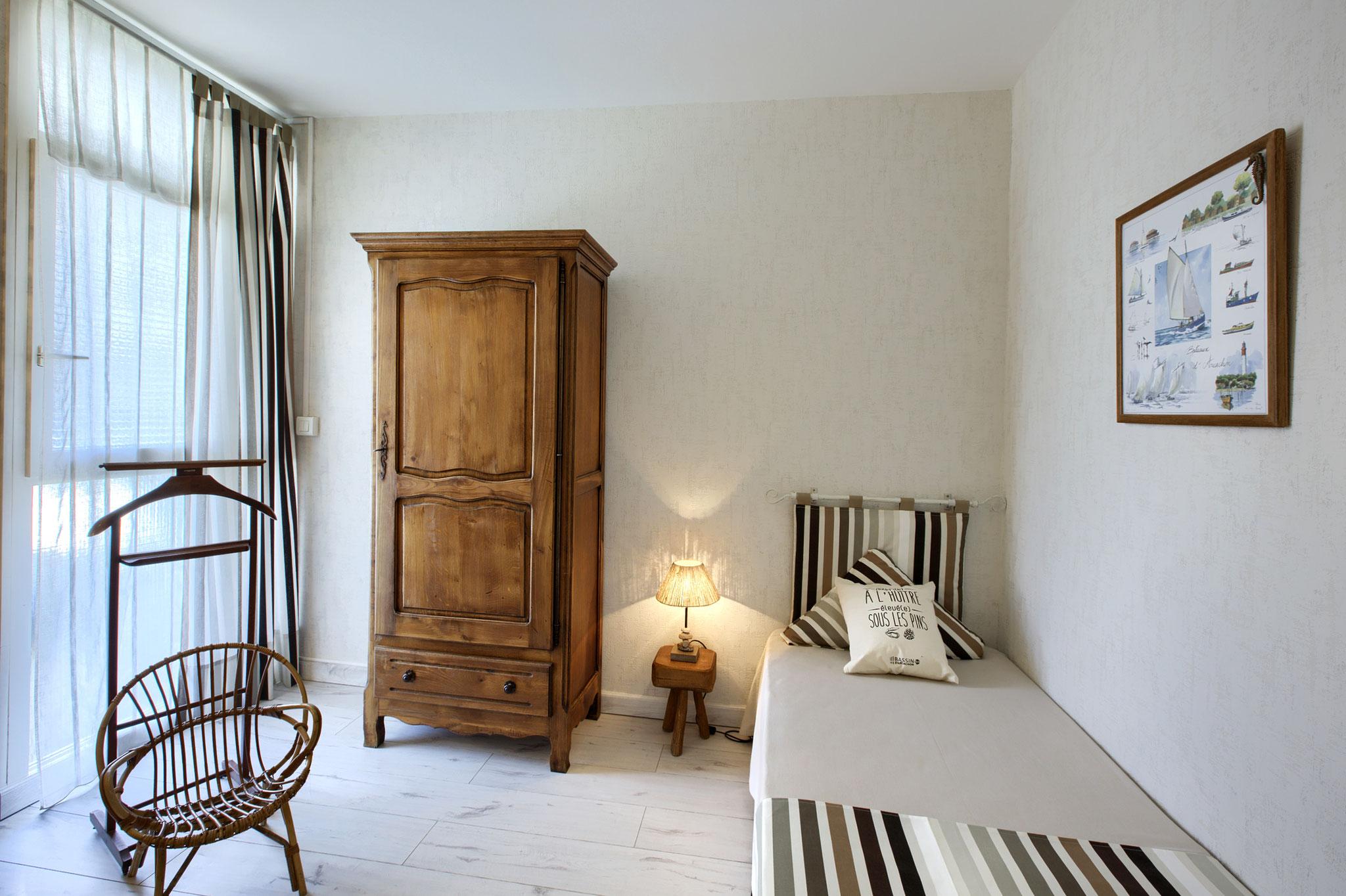"""Chambre """"Cap Ferret"""" vue d'un lit"""