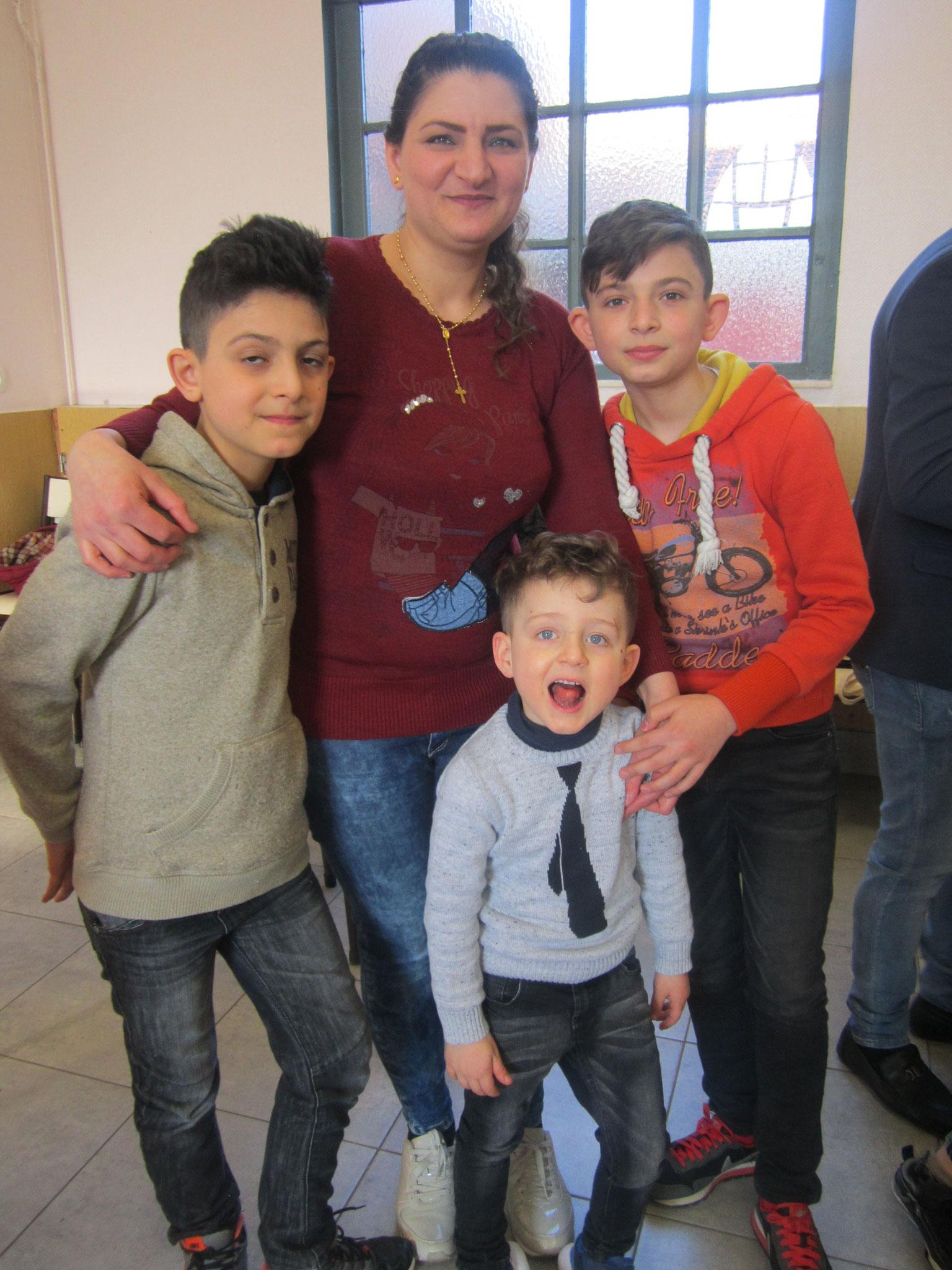 Rana entourée de Fadi, Youssif et Franz