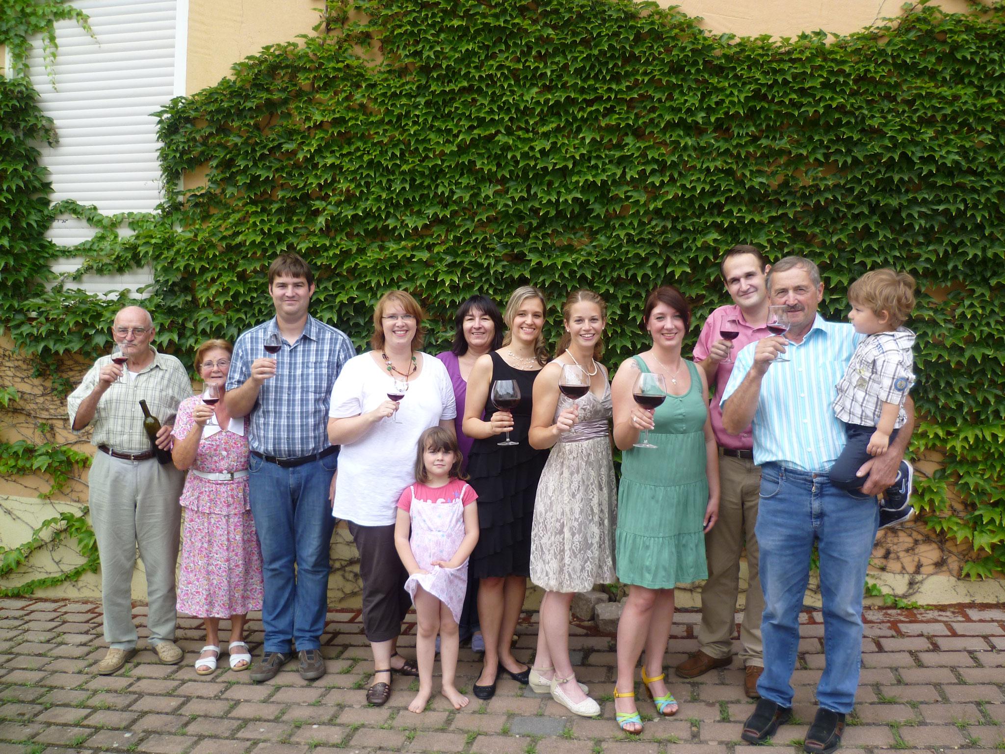 Familie Eimann mit Rotweinkönigin und Prinzessinnen 2011