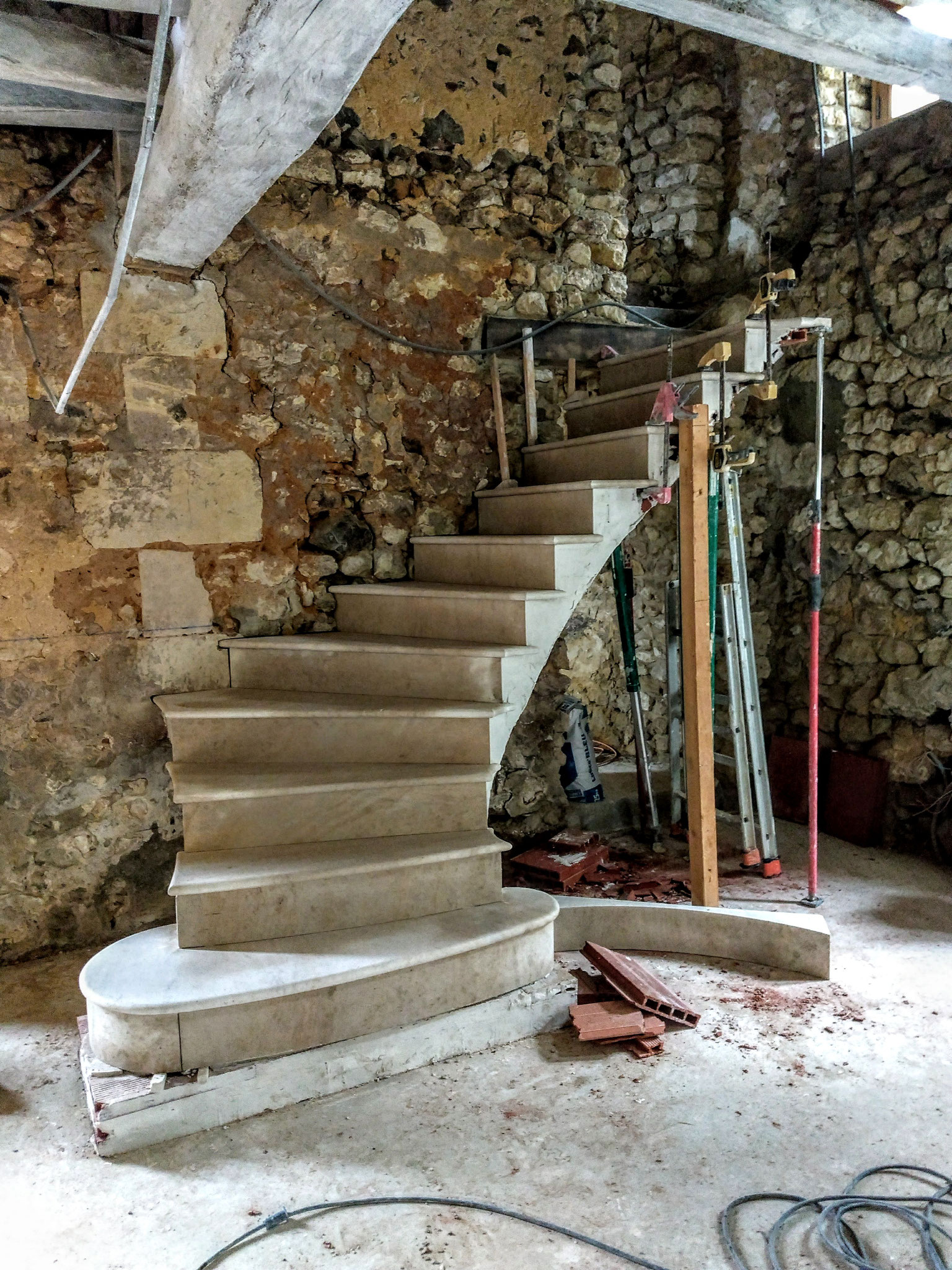 escalier pierre de Beaunotte , première volée . maison en rénovation