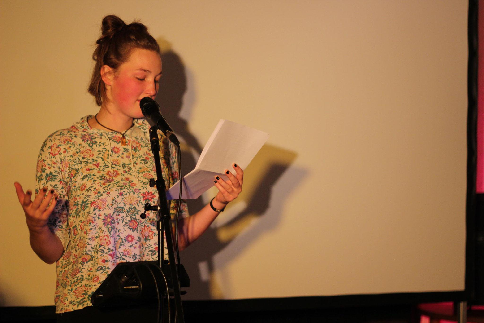"""Rosa Tuchel performte ihren Text """"Waldorfschule"""". Er entstand bei unserem Poetry-Slam-Workshop mit Kaddi Cutz."""