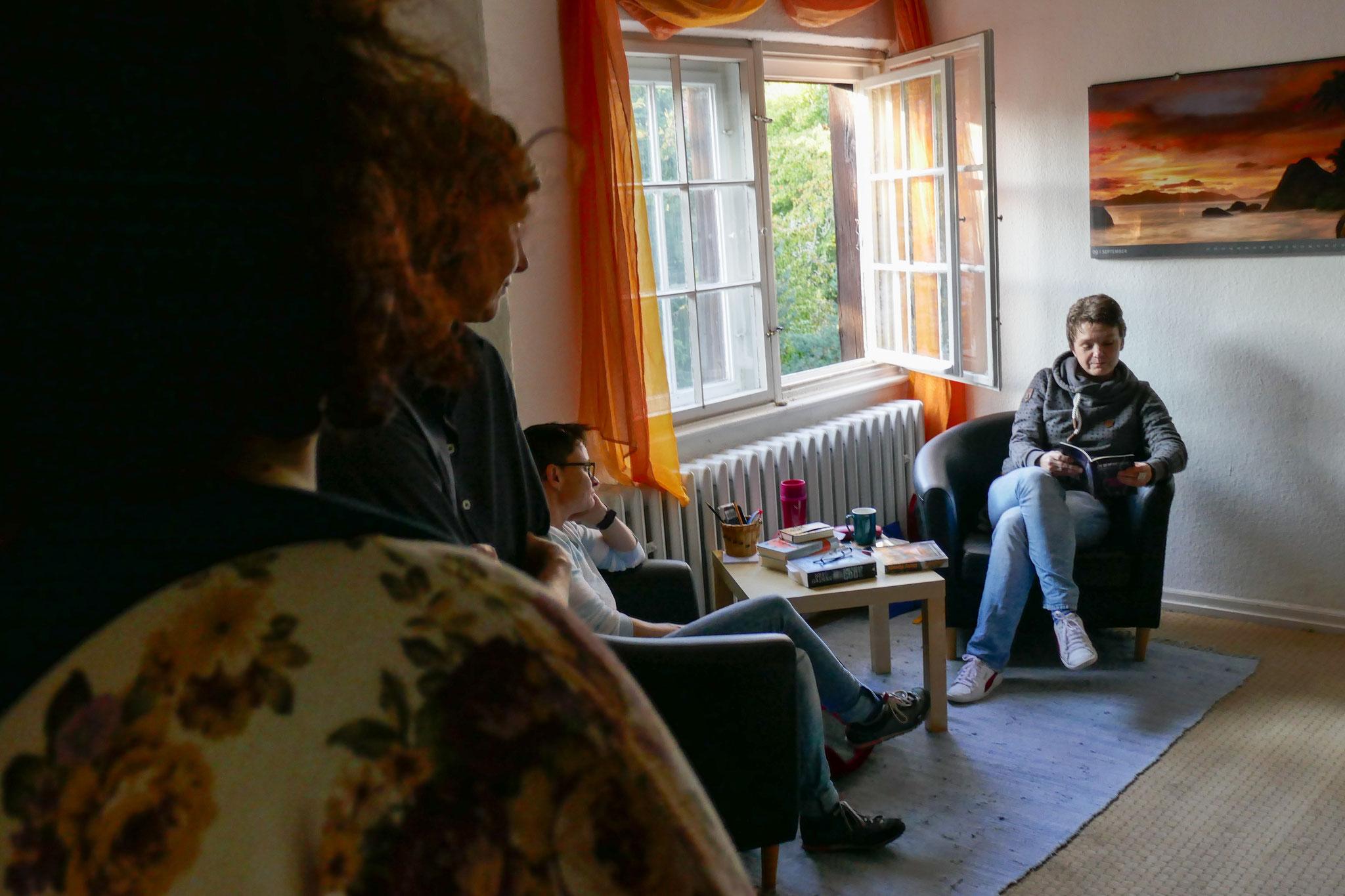 Mirjam Hoff las aus Werken verschiedener Autor*innen.
