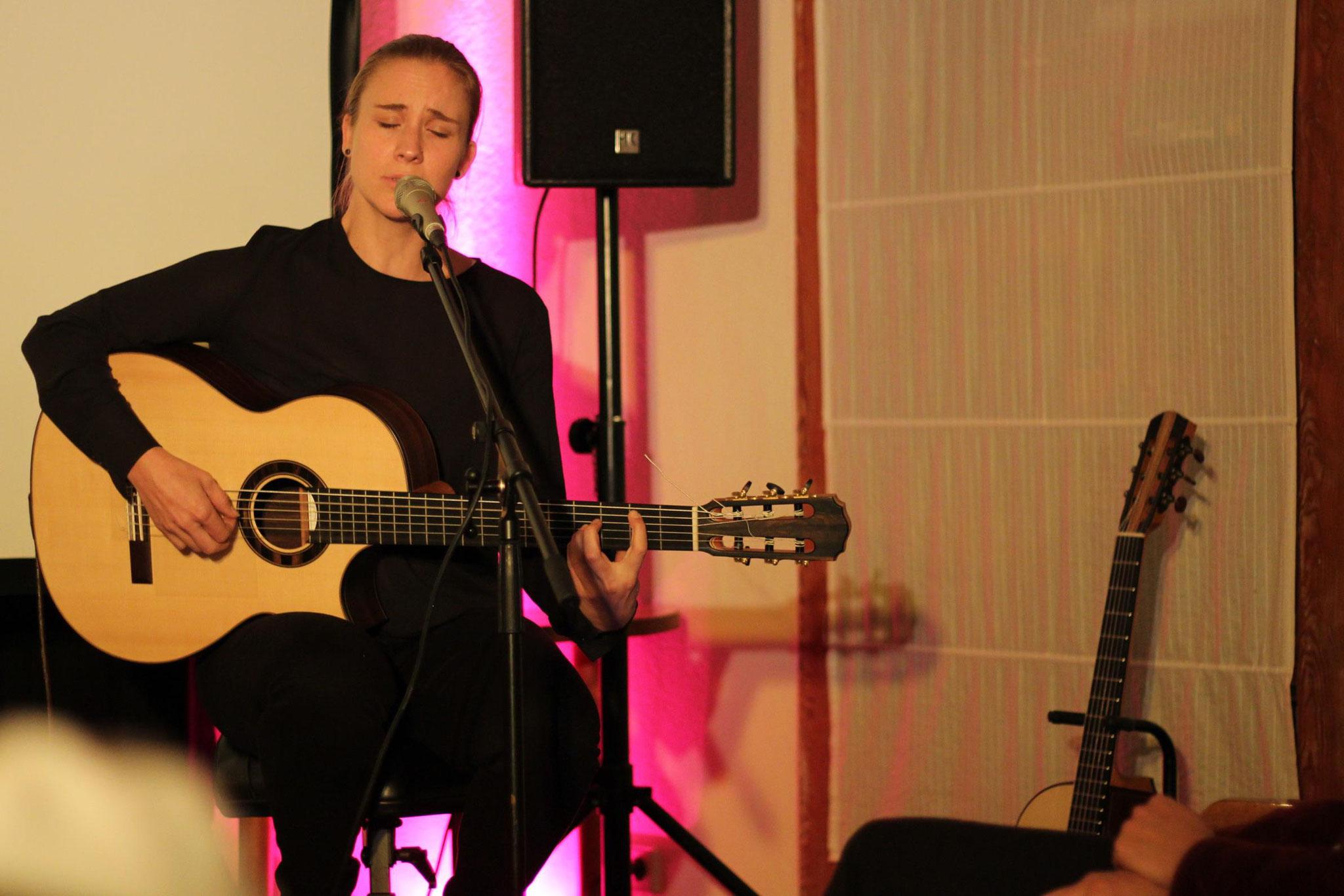 Jule Malischke verzauberte mit Gesang und Gitarre.