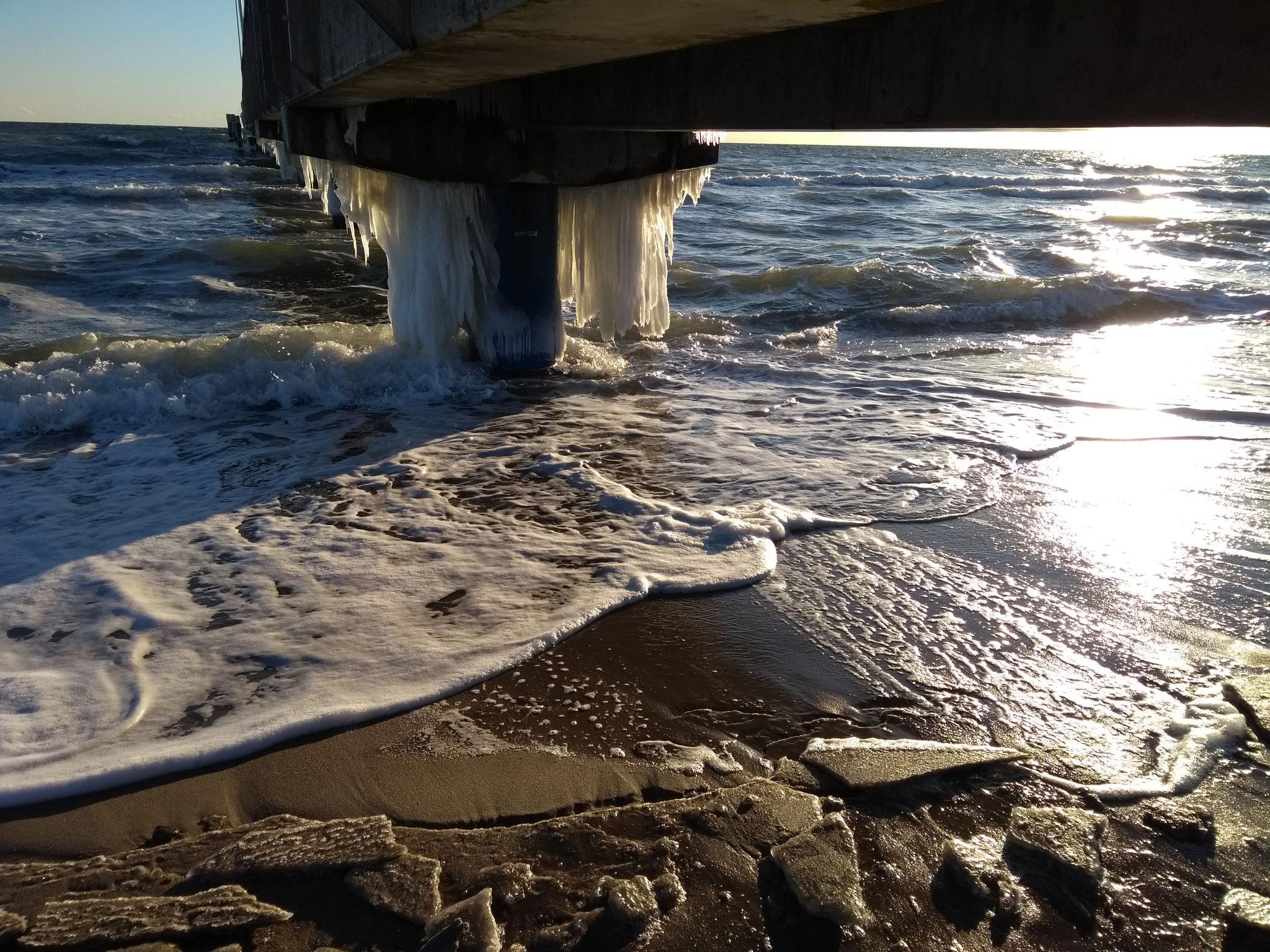 Bei minus 9 C kamen die ersten Eiszapfen an der Seebrücke.
