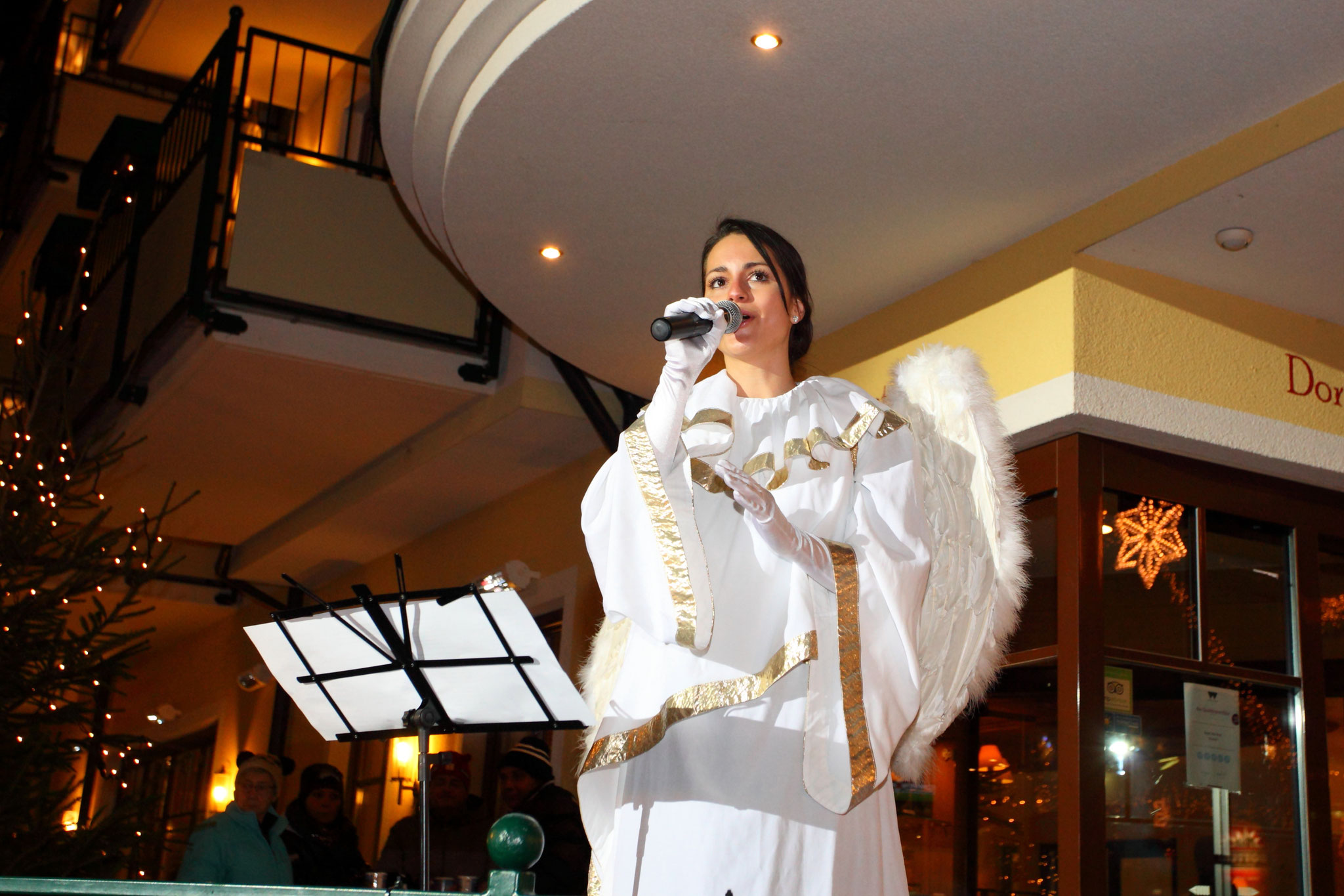 Angel is singing at the advent market in Grossarl