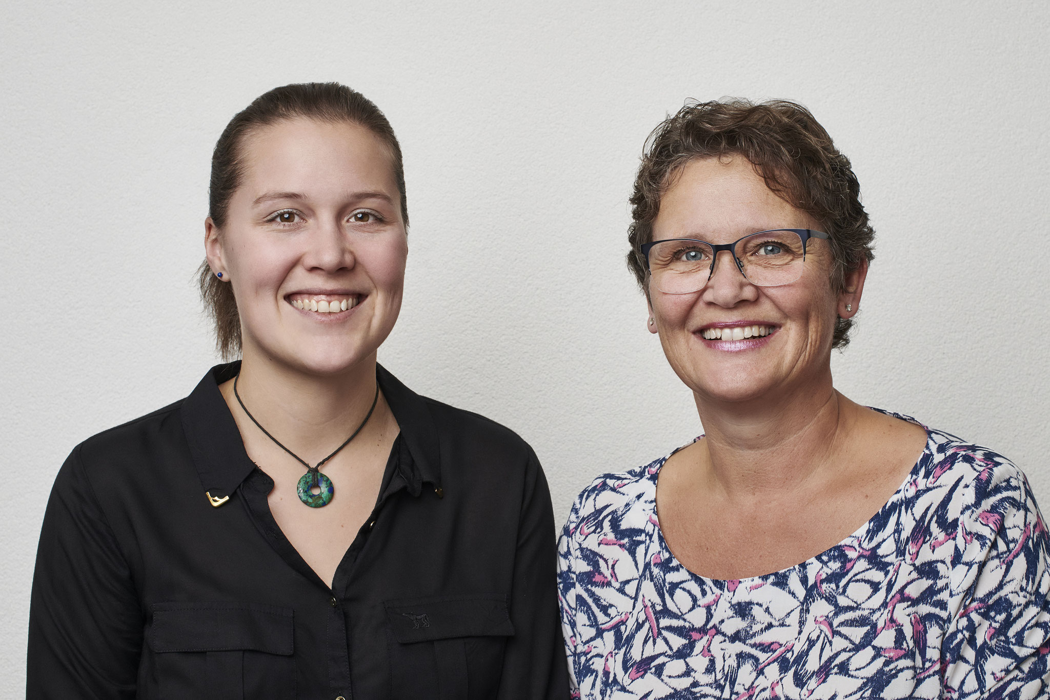 Livia Bee Naturheilpraktikerin (links), Evelyne Bee Kinesiologin (rechts)