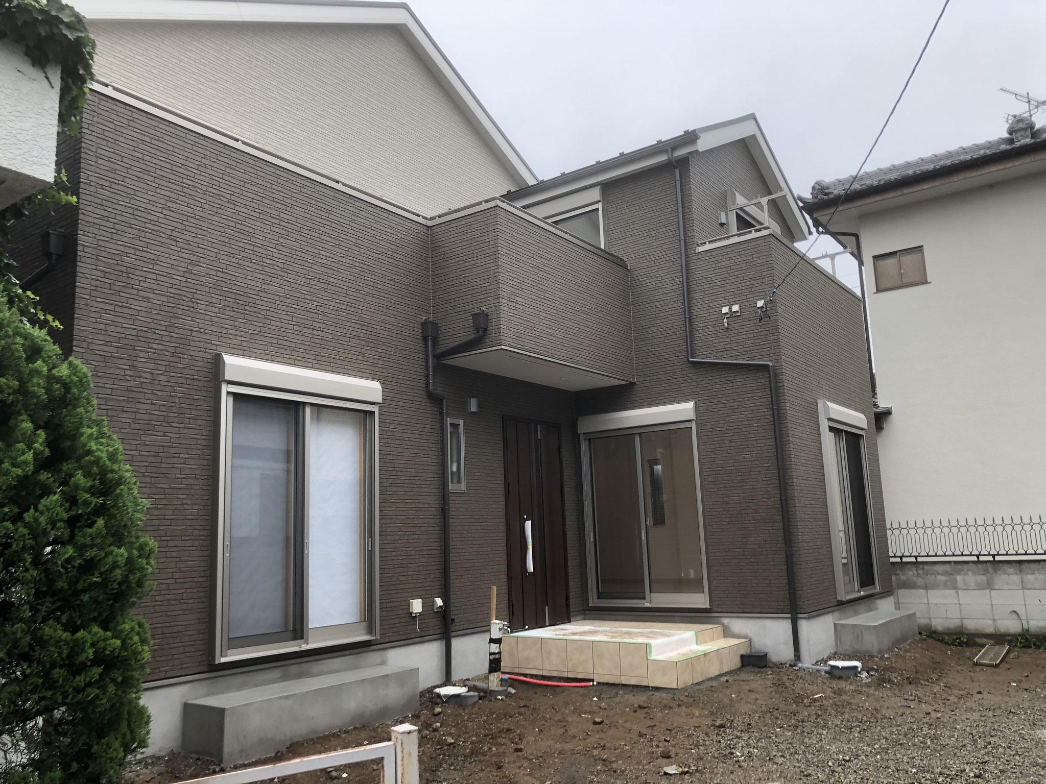 建物は木造2階建で、これから、玄関横に大型テラスを設置し、門や大型立水栓(温水シャワー付き)を設置し、道路側からアプローチまで仕上げていきます。