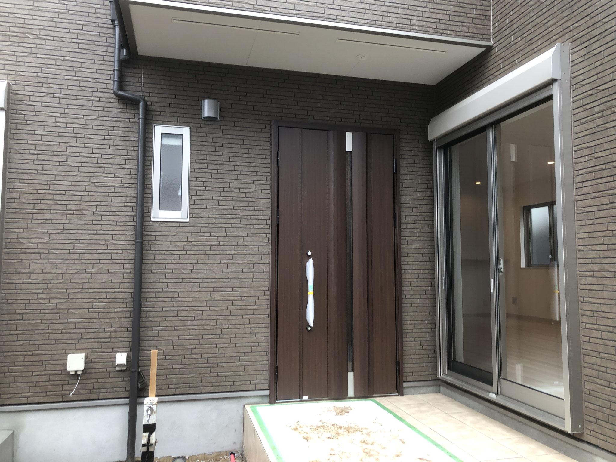 玄関は、親子ドアになっていて、広く開きます。リビングからテラスへ出れます。玄関横に温水シャワー付きの立水栓を設置します。