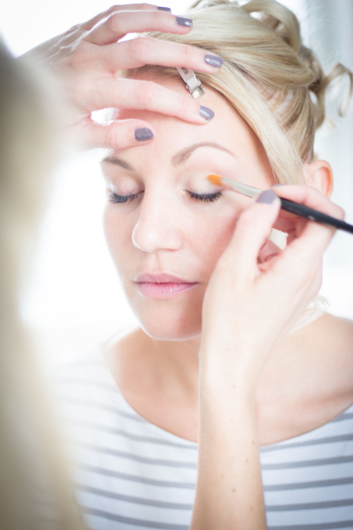 Braut Eva beim getting Ready by Melanie von Wandelbar Make-Up