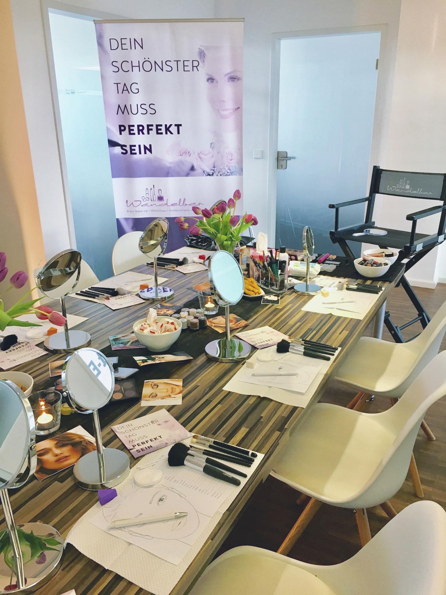 Hochwertige Produkte und Pinsel stehen jeder Teilnehmerin während der Make-Up Party von Wandelbar zur Verfügung