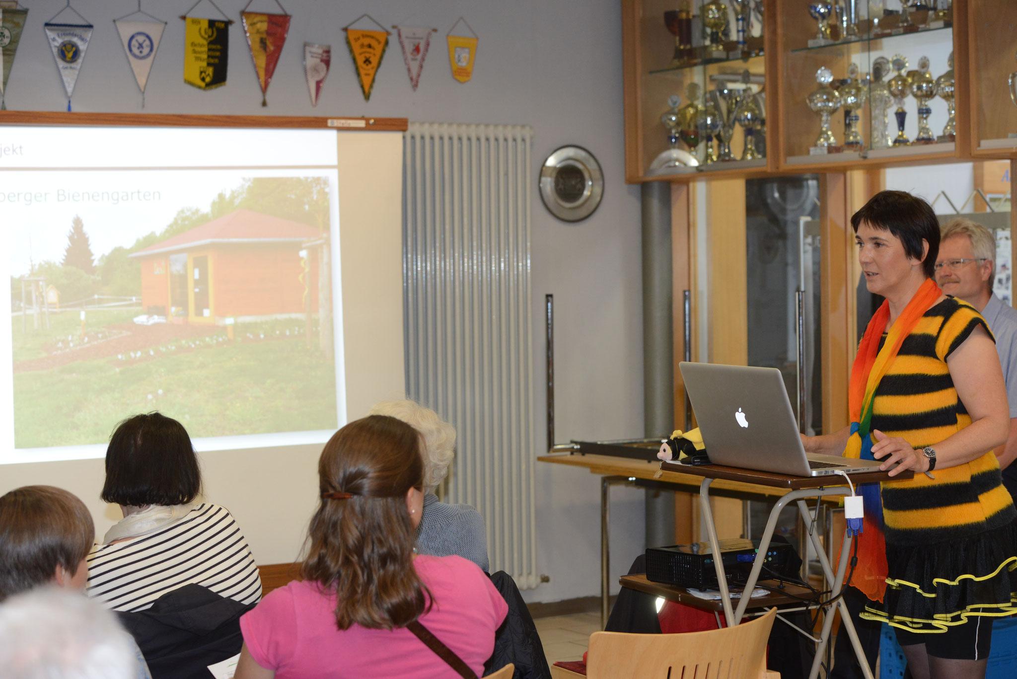 Aufmerksame Zuhörer: Vortrag Bienenleben in Bamberg