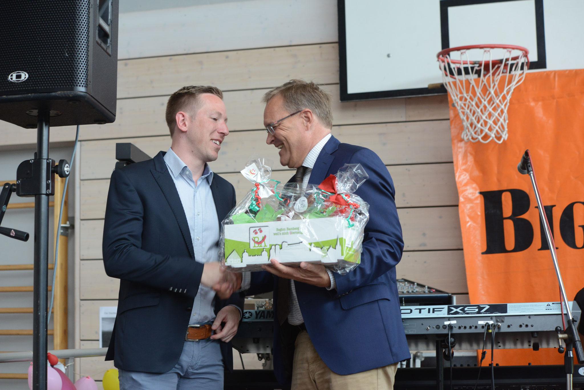 Dank der Stadt für das Engagement des BV: regionale Produkte für den Vorsitzenden