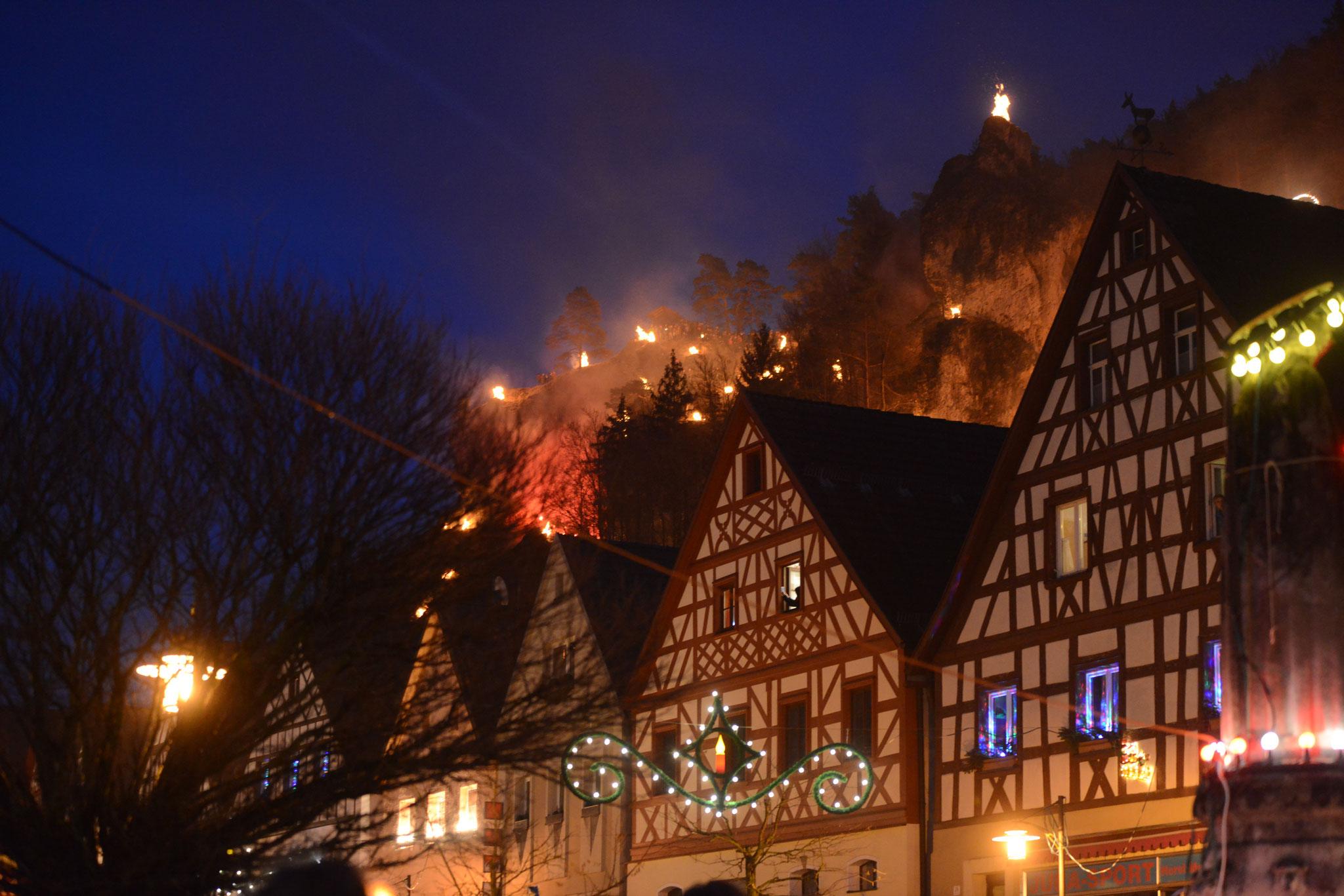 Burghang im Lichterglanz