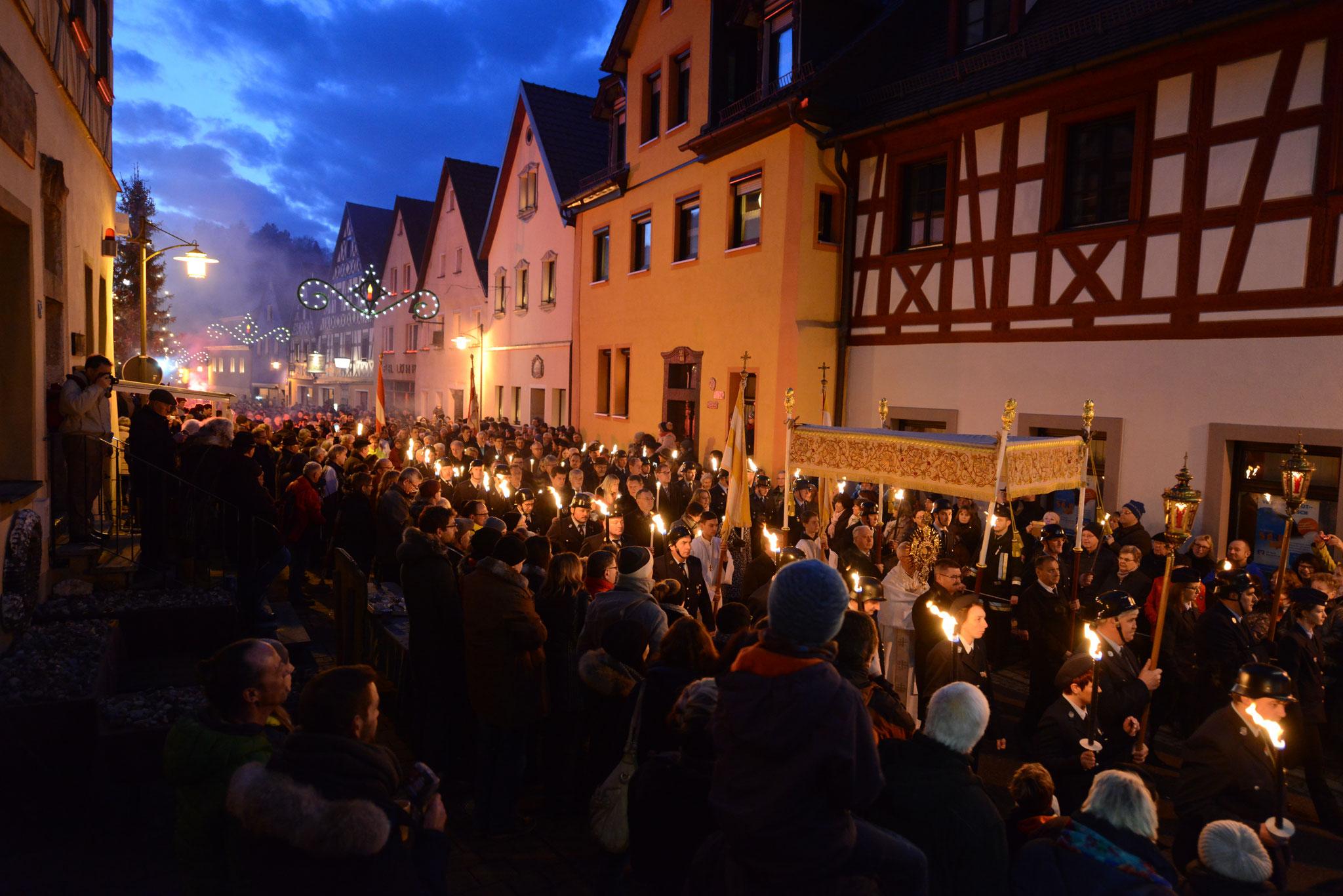 Lichtermeer während der Prozession