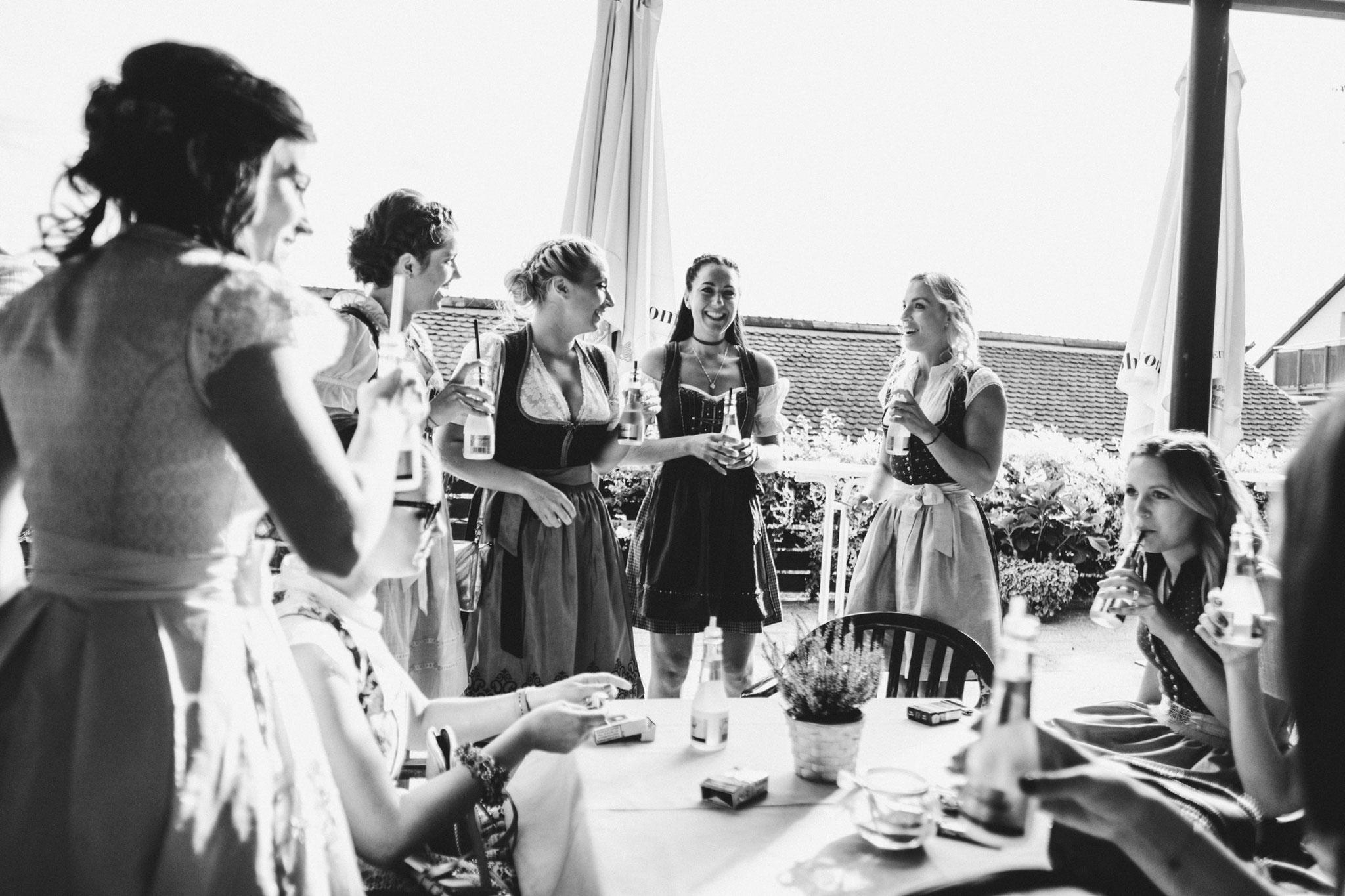 Hochzeitsfeier in Dirndl