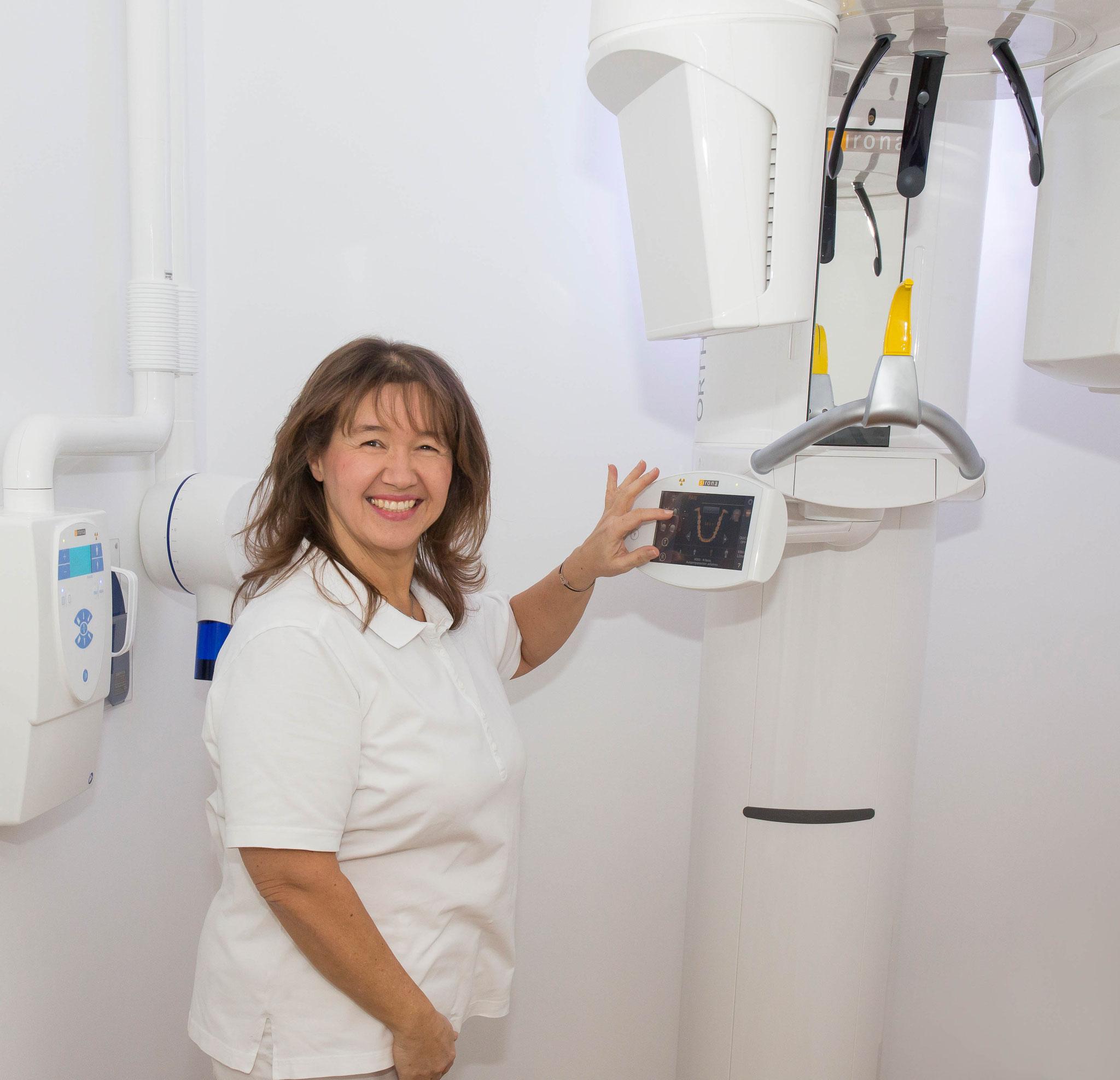 Frau Brigitte im Umgang mit der modernen Röntgeneinrichtung