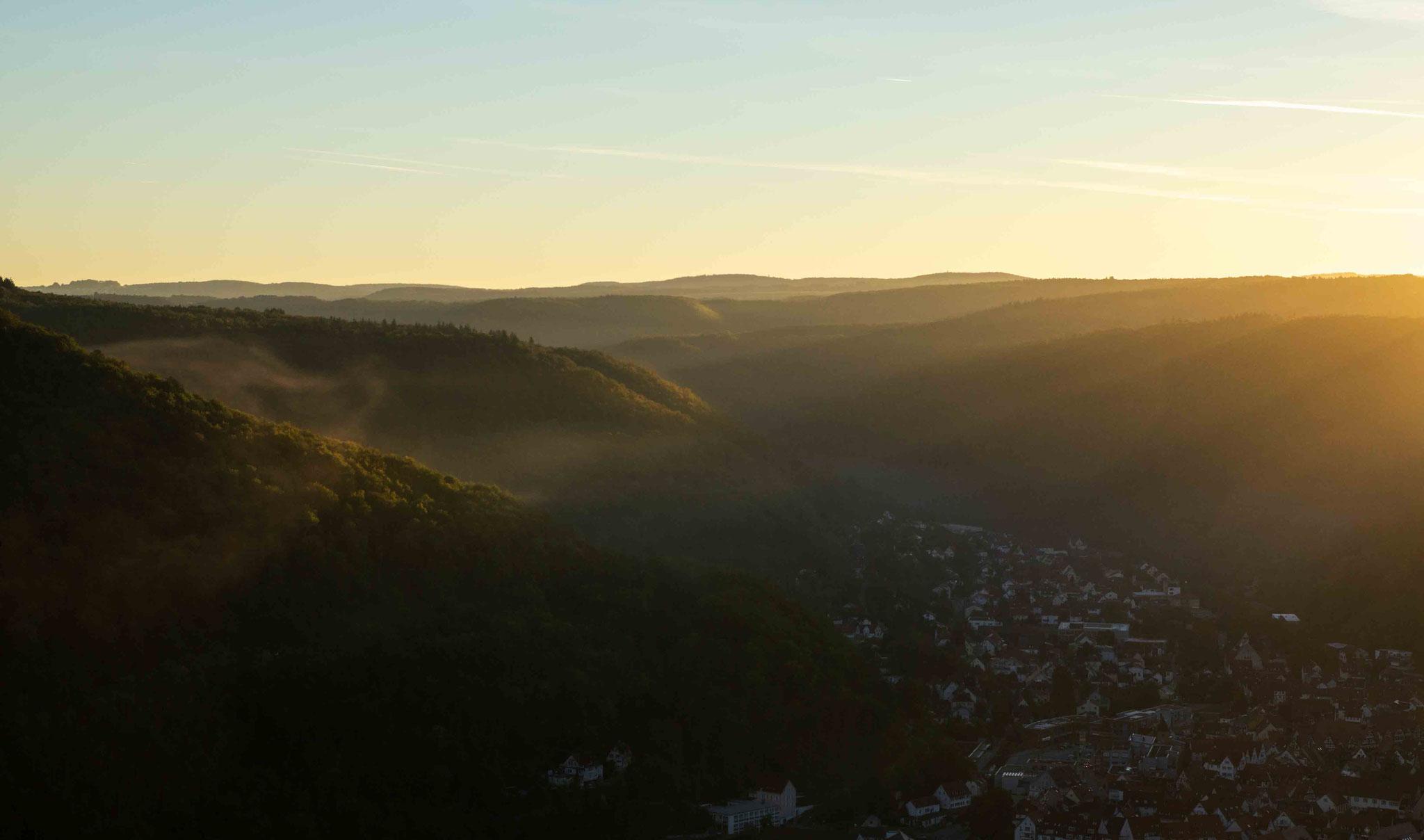 Morgentliches Licht im Ermstal; Burg Ruine Hohen Urach