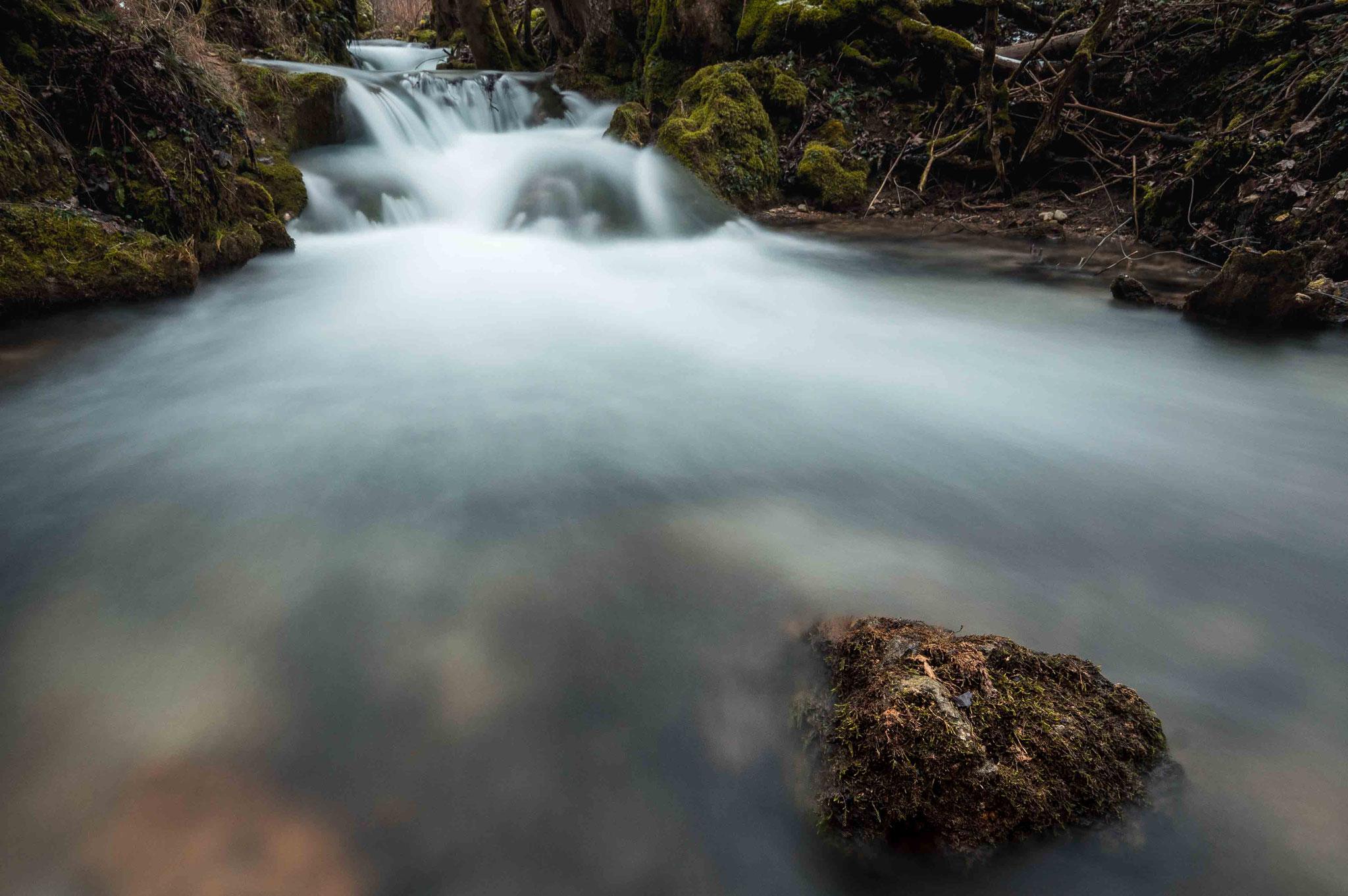 Stein im strömenden Wasser; Wasserfall Bad Urach