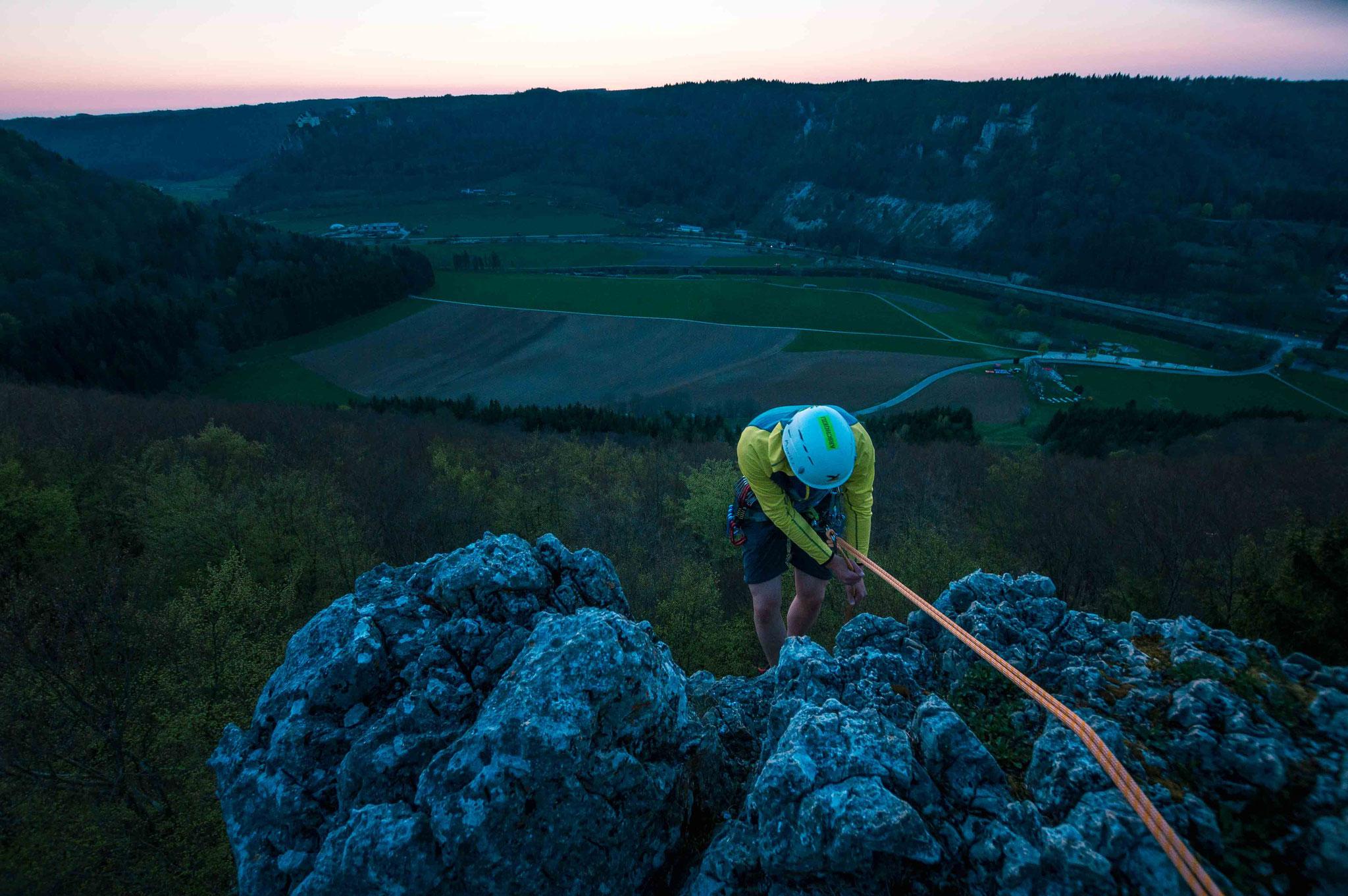 Im Sonnenuntergang am Seil hängen; Donautal