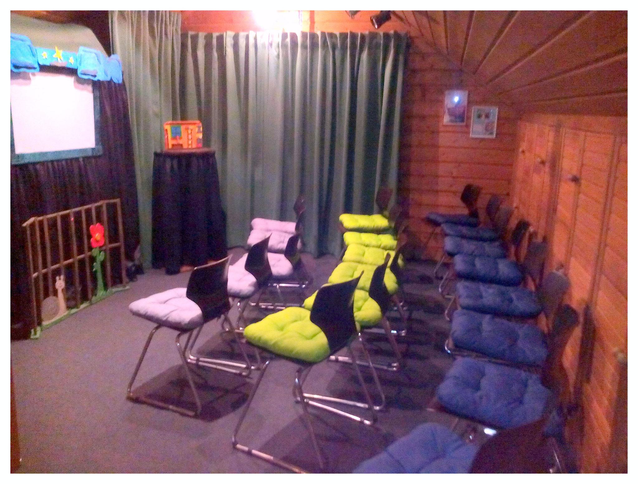 Nach zwei Jahren wurden neue Stühle besorgt und mit besseren Sitzkissen  ausgestattet.
