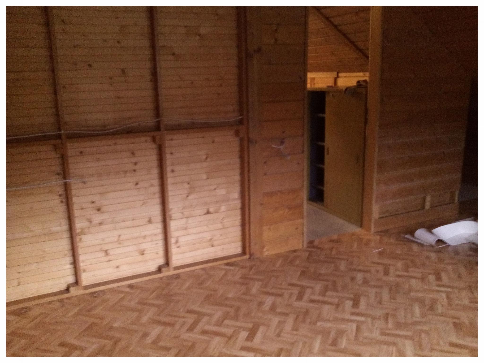 Der Raum, der zur Garderobe werden soll, nach dem Leerräumen.