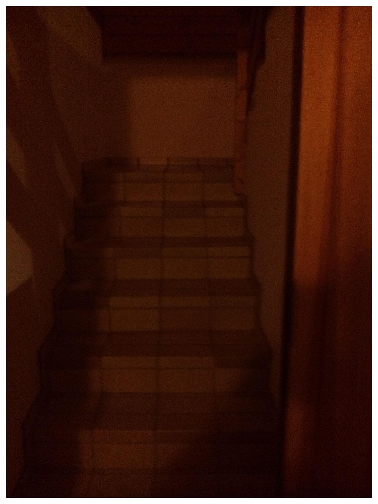 Der Treppenaufgang, noch ist er dunkel.
