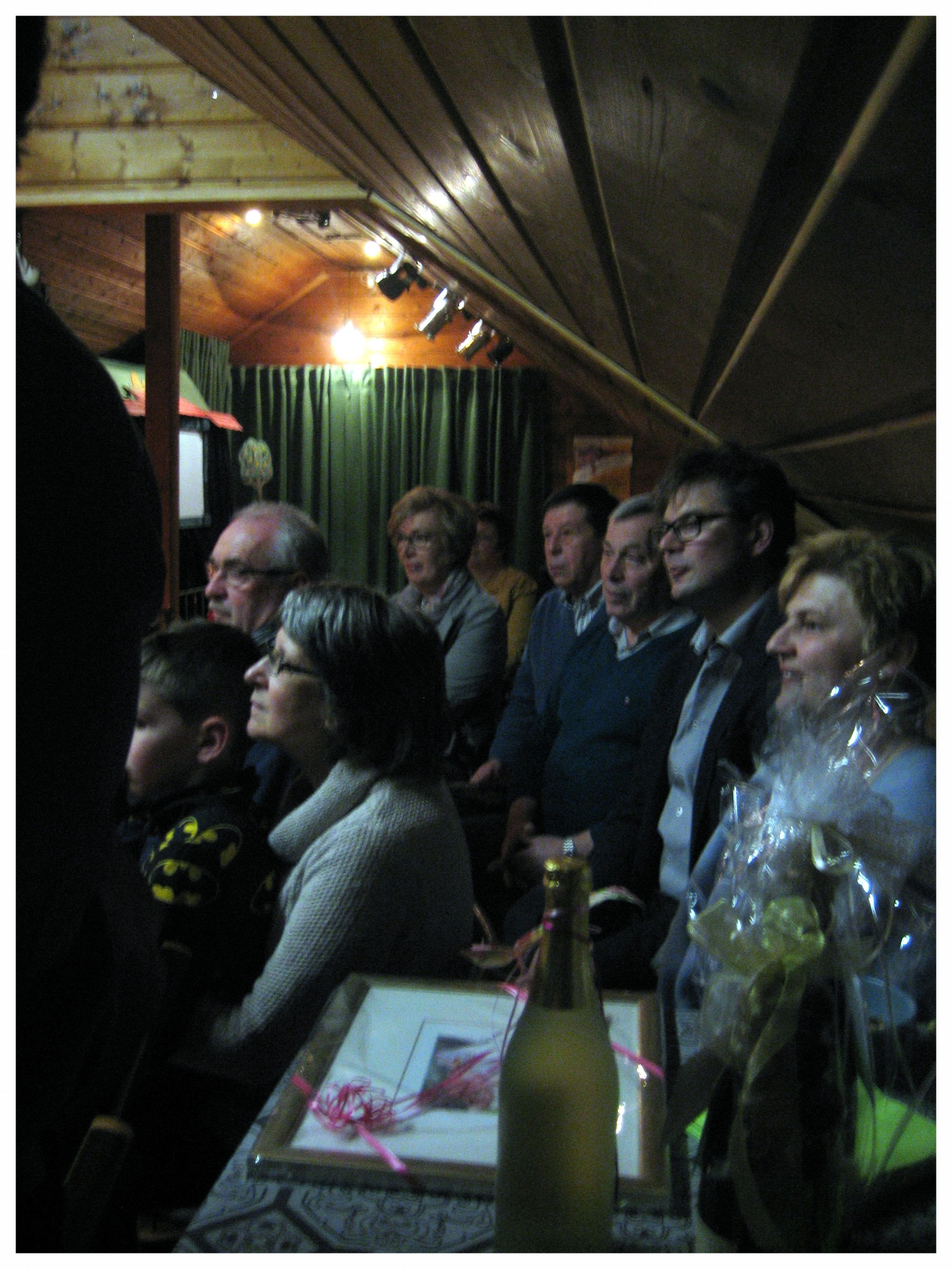 Die Eröffnungsgäste lauschten den Ausführungen über die Geschichte des Schattenspiels.