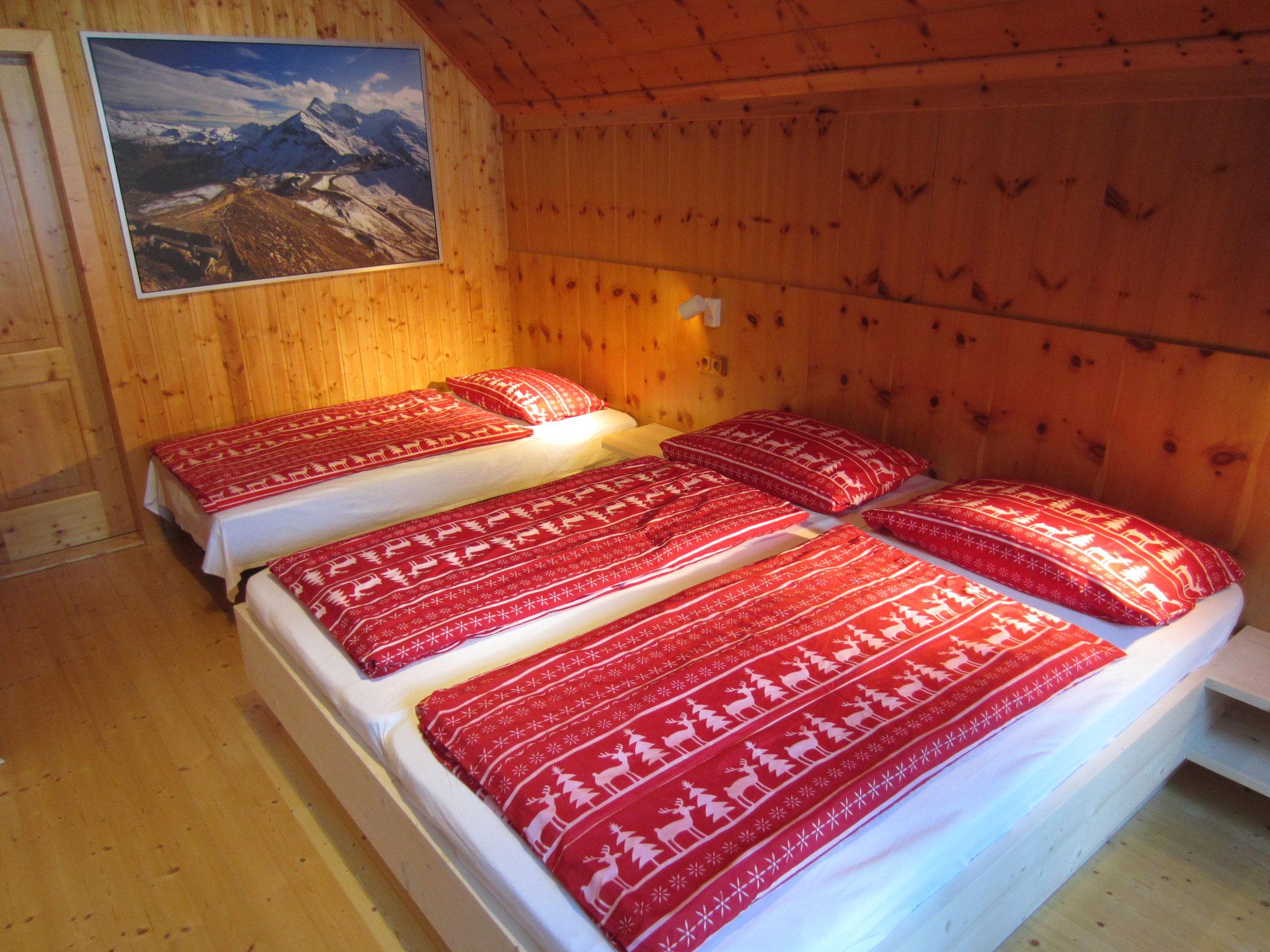 """Zirbenwald Lodge - Schlafzimmer """"Zirbe"""" mit großem Zustellbett/Couch"""