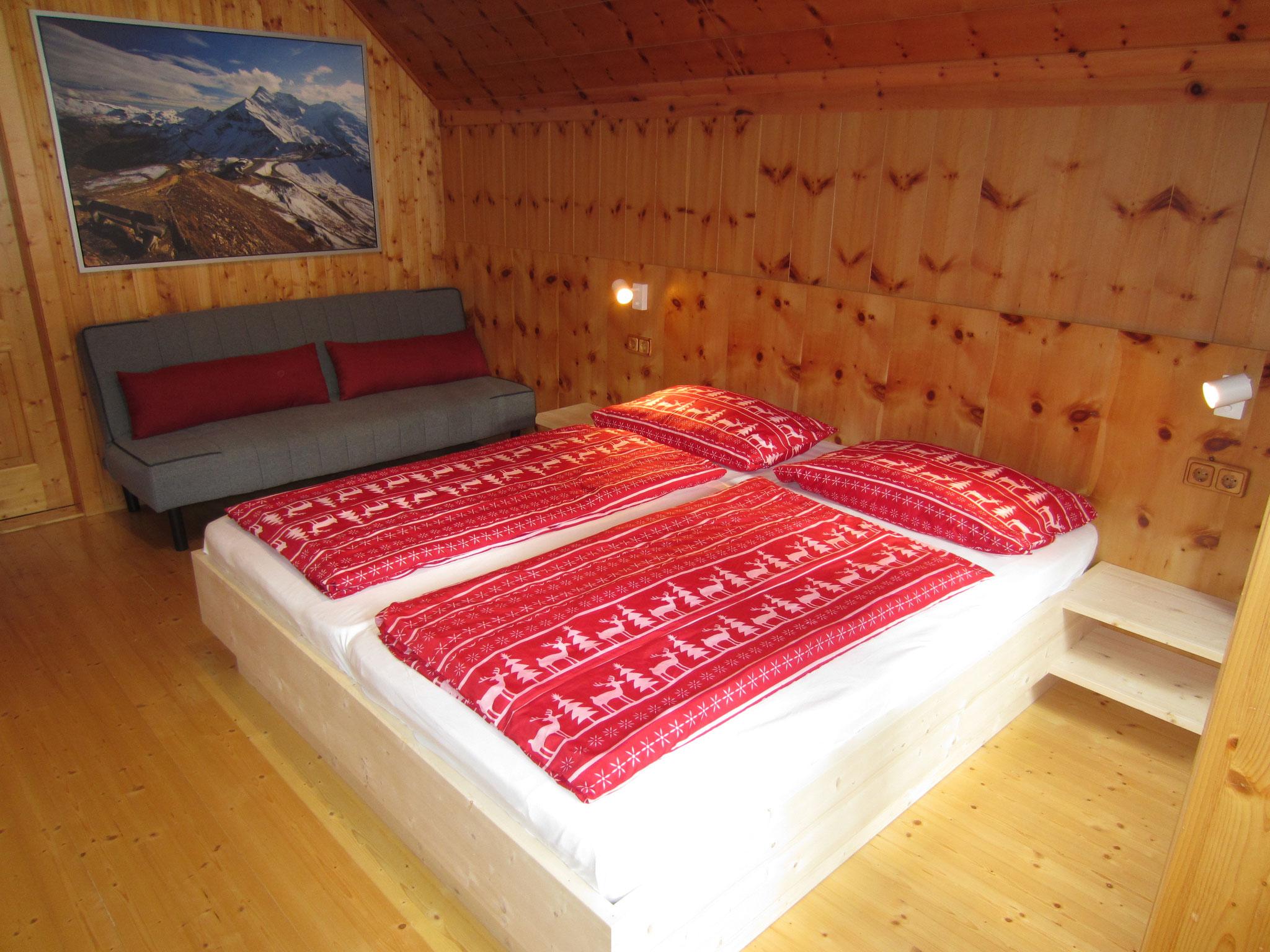 """Zirbenwald Lodge - Schlafzimmer """"Zirbe"""" mit Couch"""