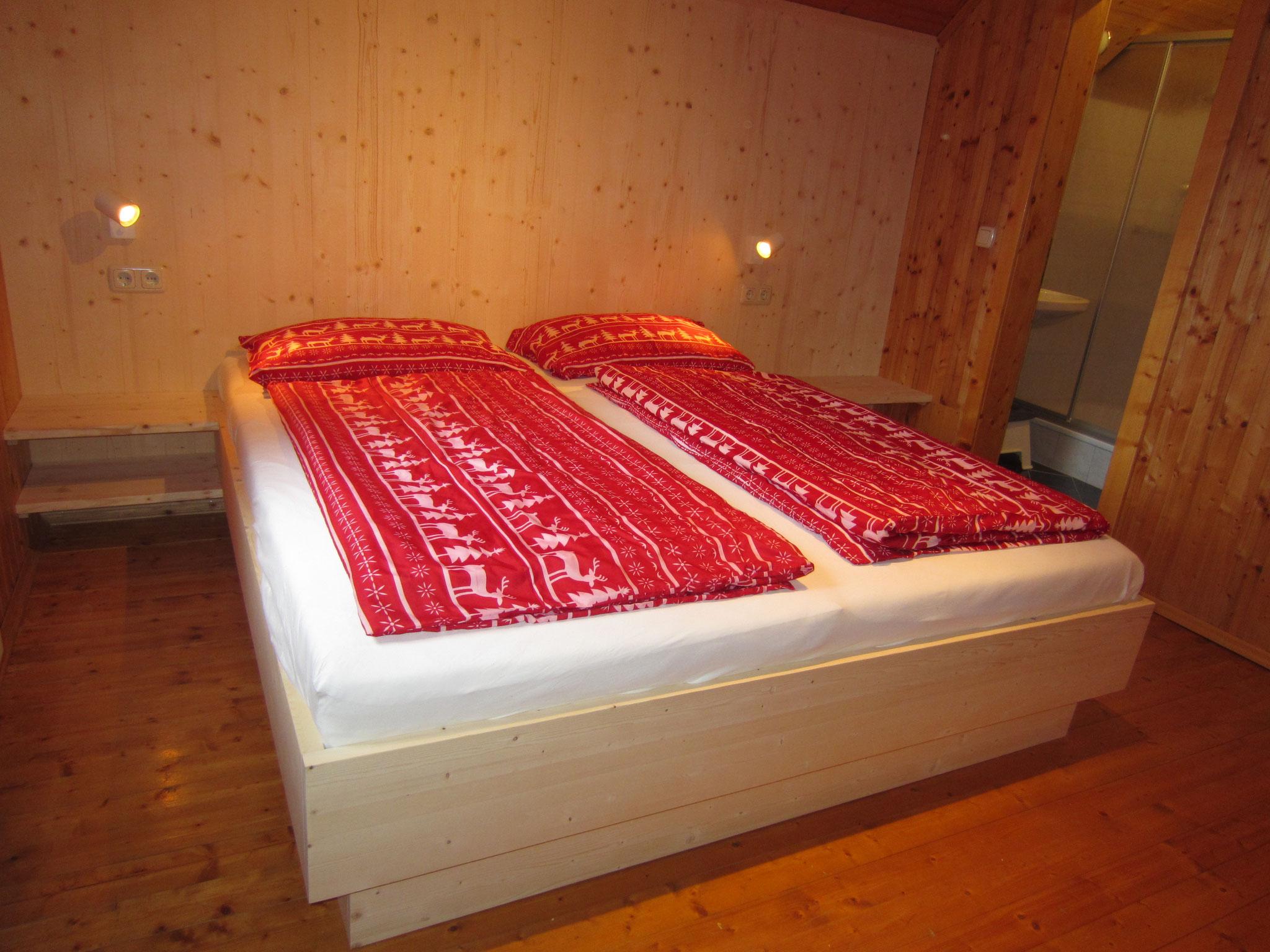 großes Doppelbett 180x200cm