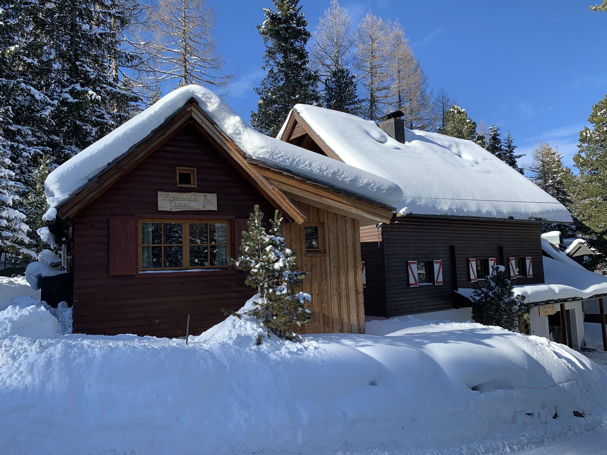 Zirbenwald-Chalet Turracher Höhe - Winter im Hintergrund unsere Zirbenwald Lodge
