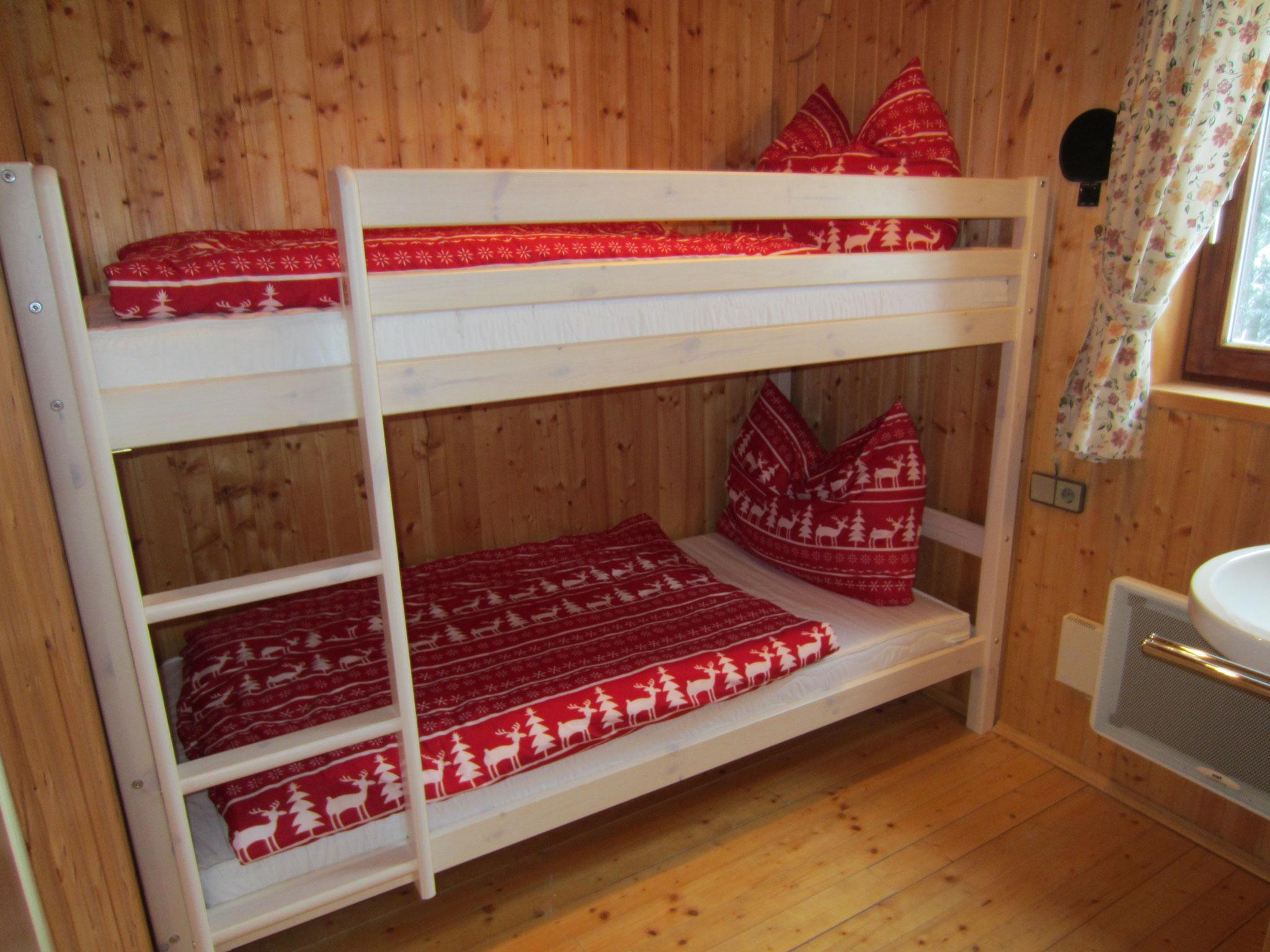 Schlafzimmer mit Stockbett und Waschgelegenheit auf Wohnbereichebene