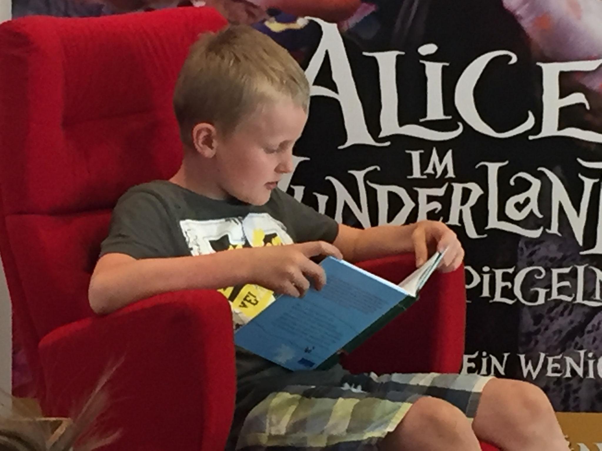 Sebastian liest aus Robinson Crusoe