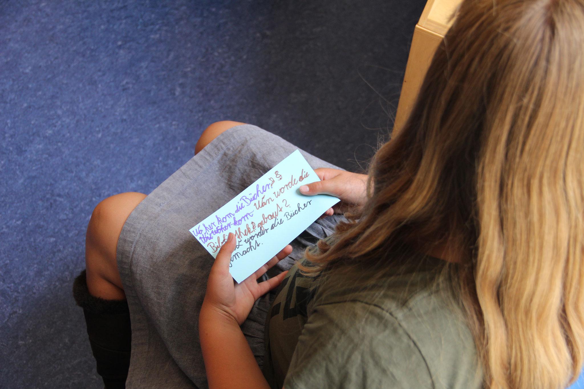 Bevor es in die Bibliothek ging, haben alle Zettel mit Fragen erstellt.
