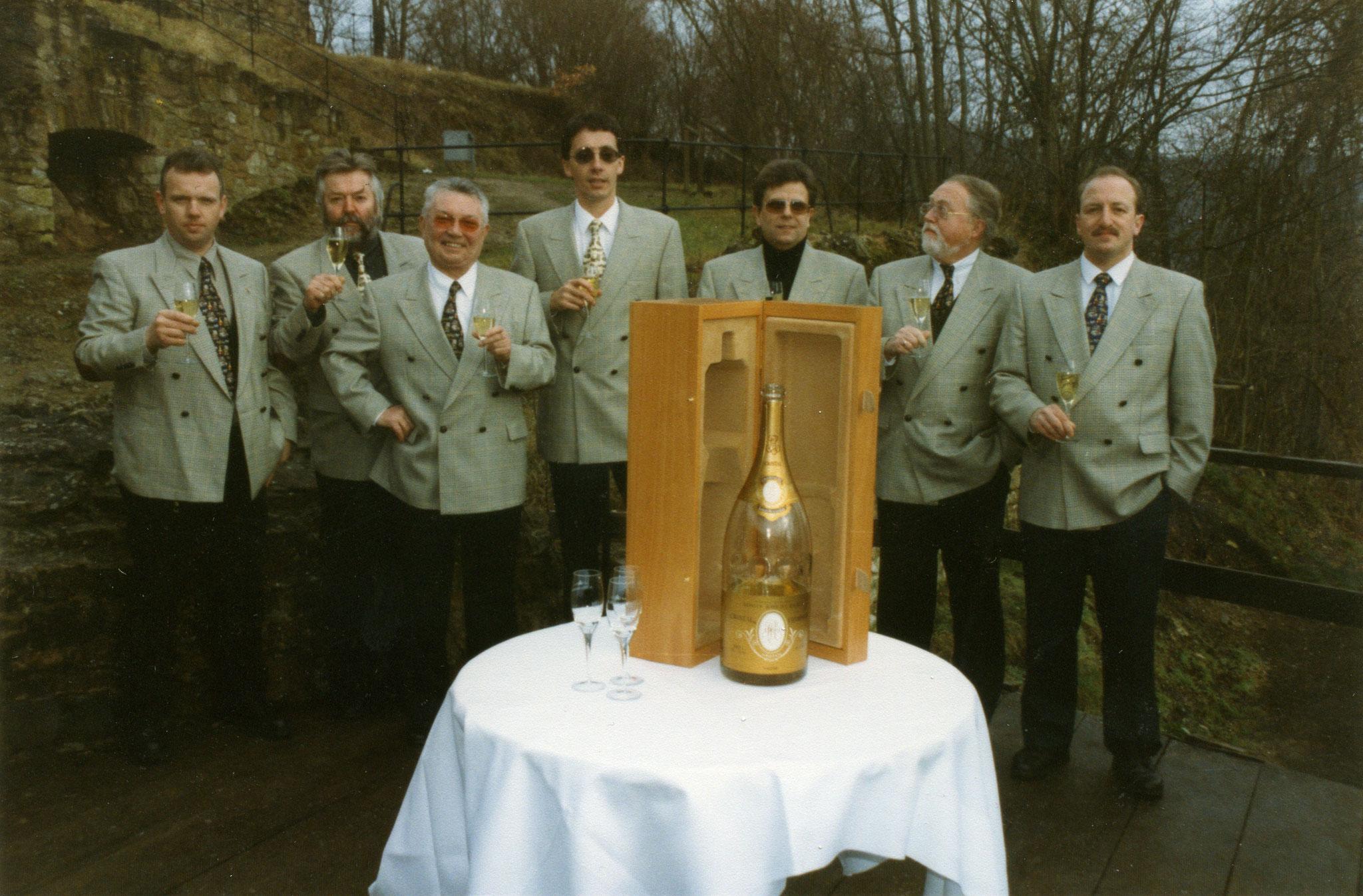 Anstoßen zum Millennium Jahreswechsel mit einer Magnum Champagne Cristal Röderer 2000