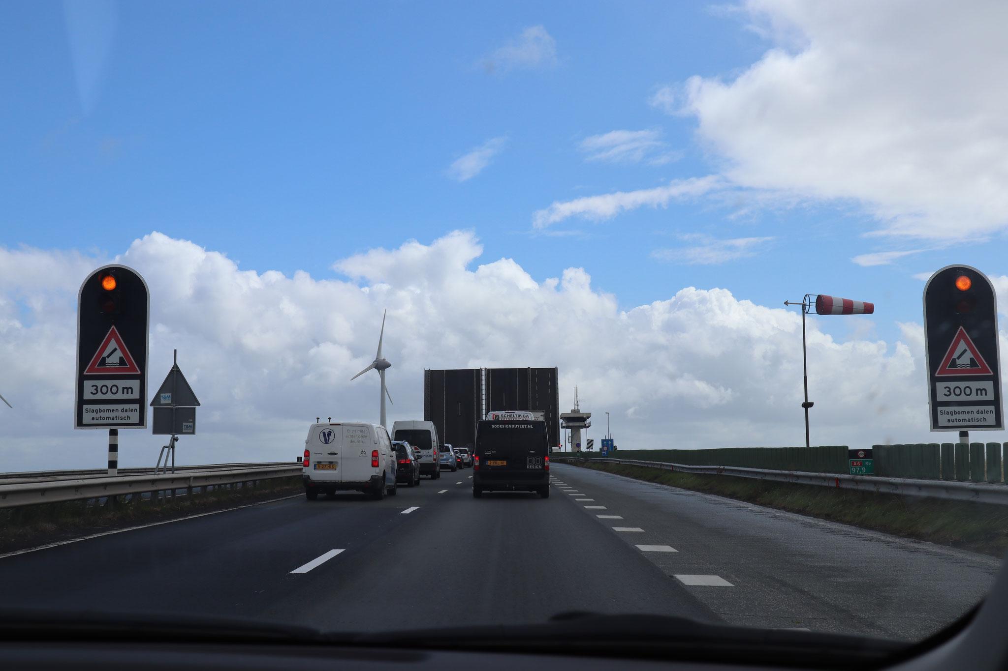 Giethoorn(ヒートホールン)アルバム ヨットが通る時は、跳ね橋があがります。