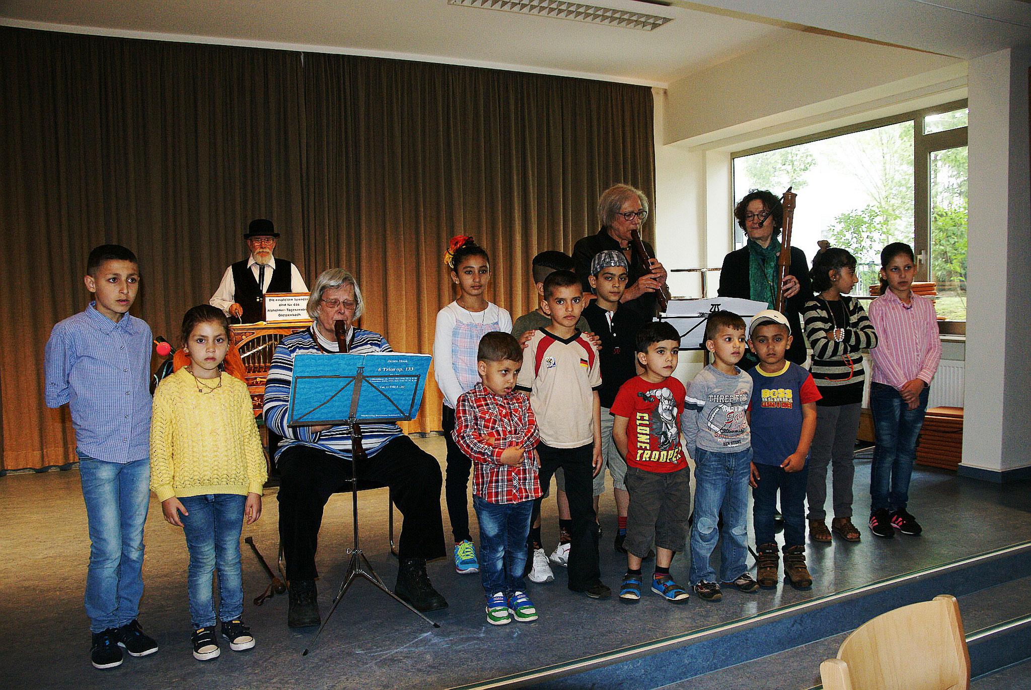 Flüchtlingskinder beim Singen und Musizieren