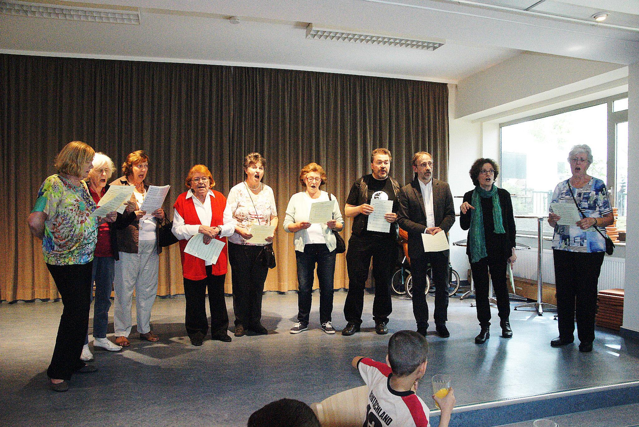 Mitglieder des Chores der Buchenbuschgemeinde beim Kanonsingen