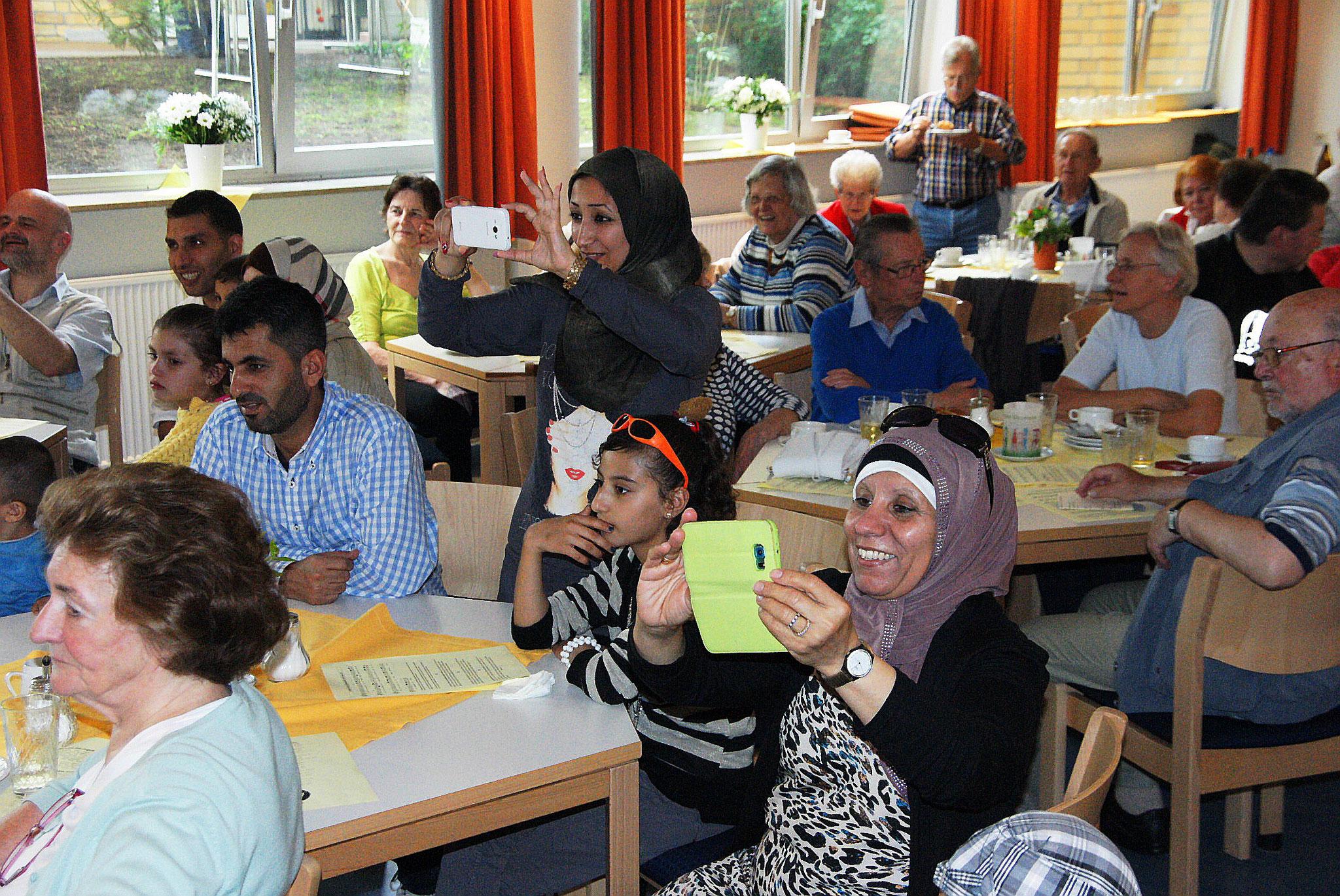 Menschen unterschiedlicher Nationalität und Religion genießen das gemeinsame Feiern