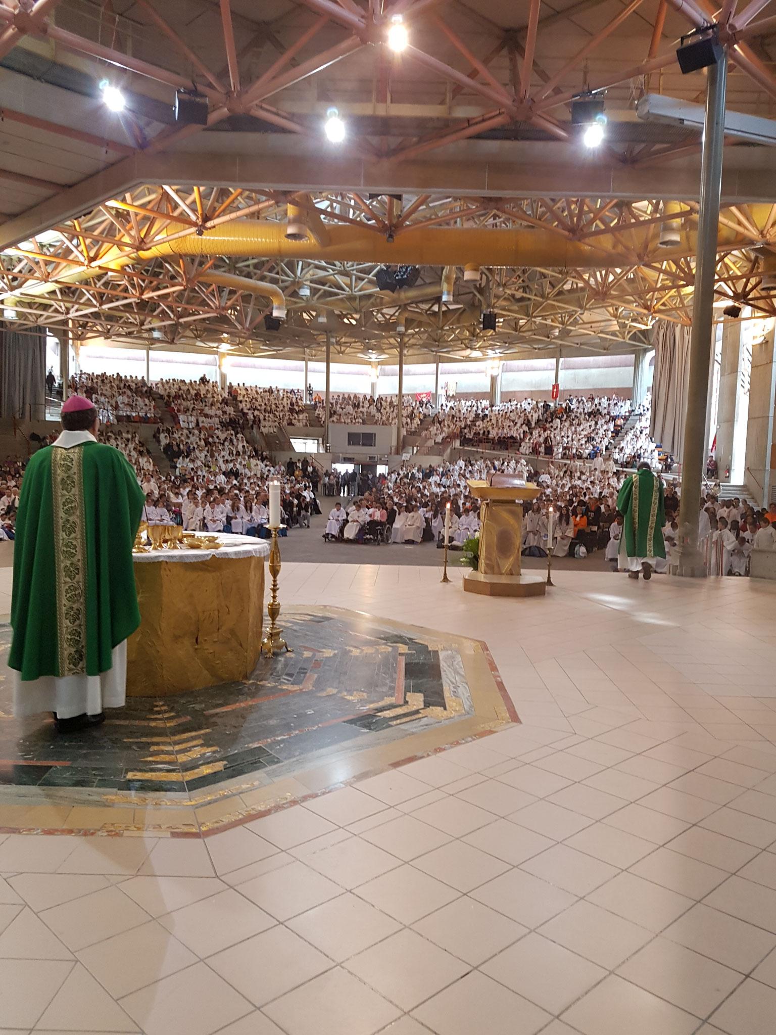 L'Eucharistie avec tous les servants d'autel en aube !
