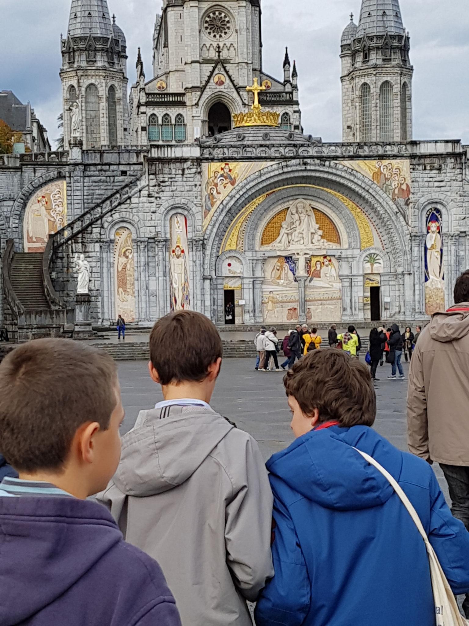 Devant la basilique du Rosaire