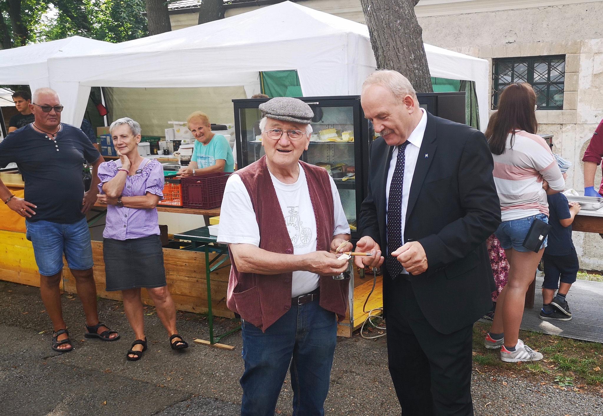 Der Retzer Bürgermeister Helmut Koch bekommt von Fritz Hurtl, dem Direktor des Museums, eine kleine Erinnerung anläßlich des 20 Jahr Bestehens.