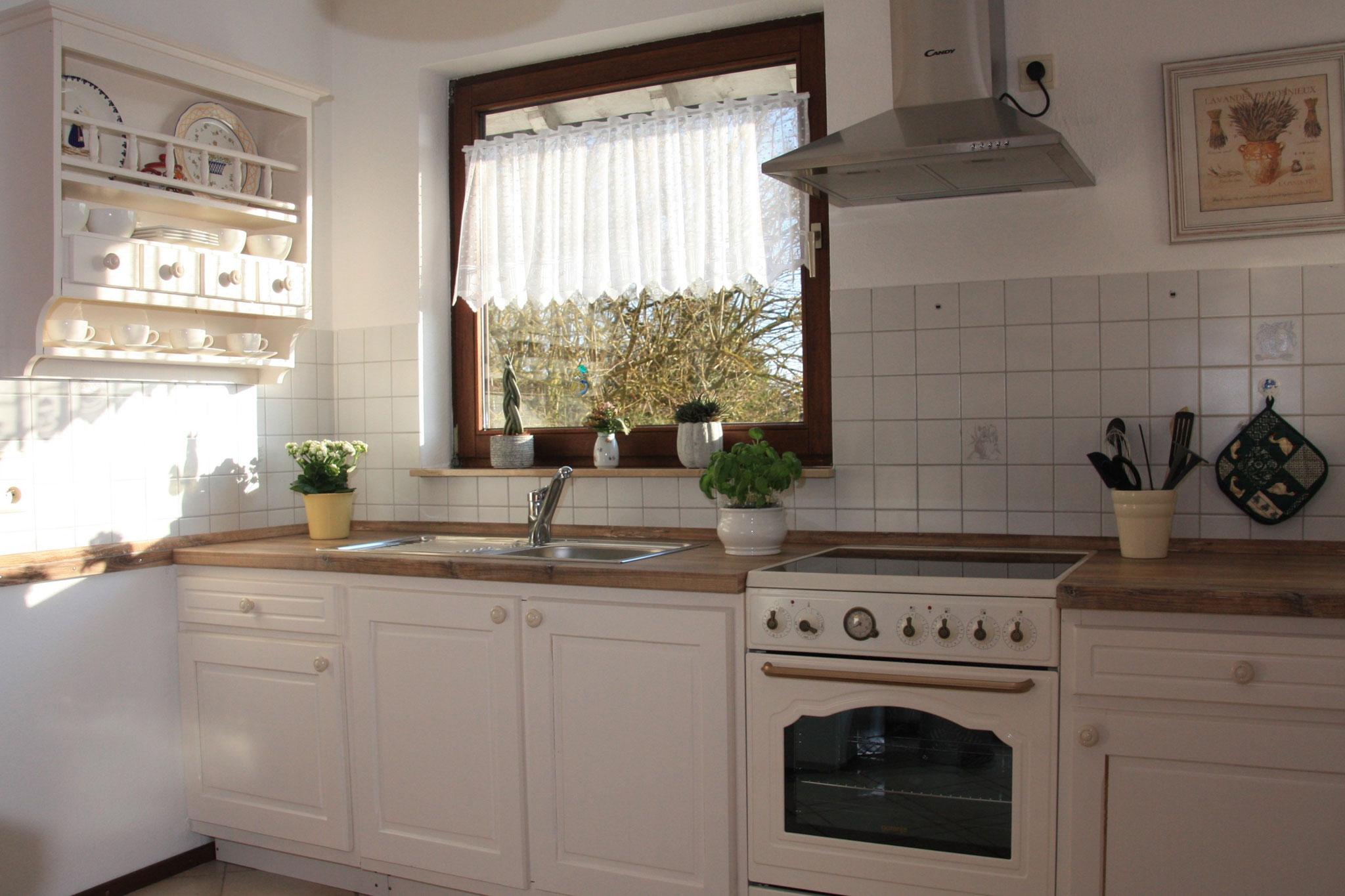 Küche im Landhausstil mit modernem Herd und Backofen im Retro-Look  |  Heldere keuken in landhuisstijl met hoogwaardig fornuis en bakoven in zijn retro-look