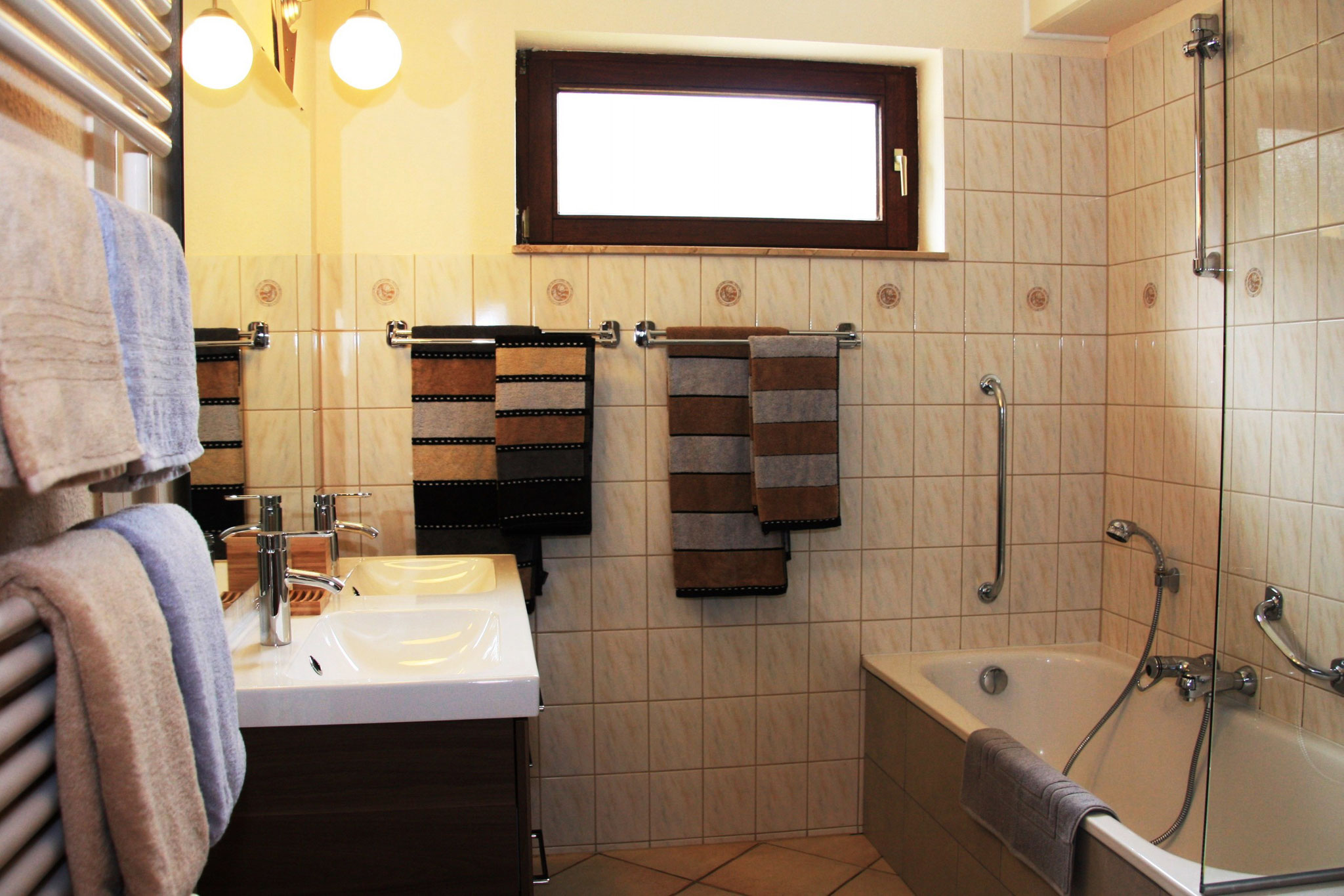 Dem Badezimmer wurde bei der Renovierung besondere Aufmerksamkeit geschenkt.   |  Bij de renovatie werd bijzondere aandacht besteed aan de badkamer.