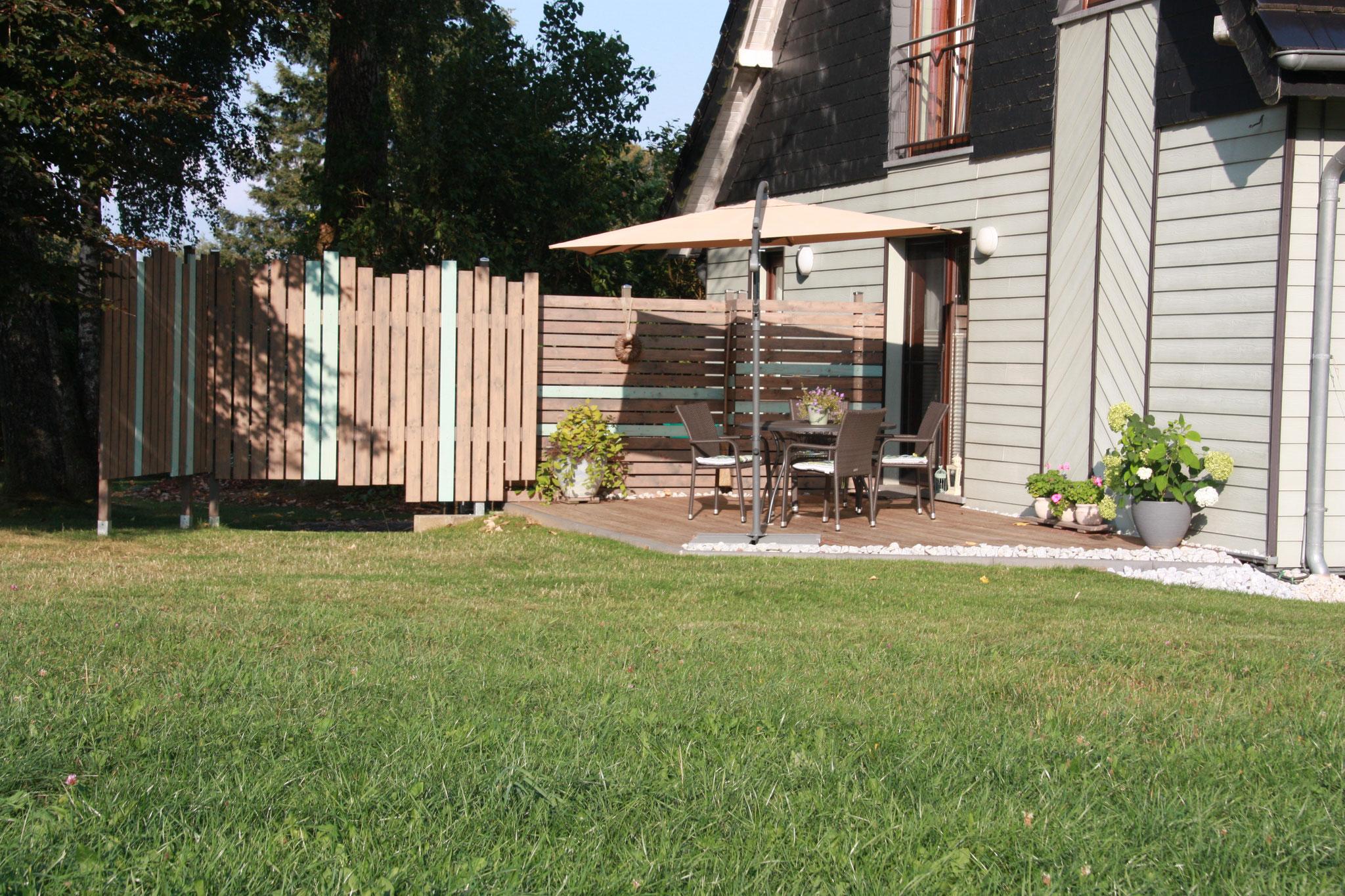 Die Terrasse zur Garten- und Waldseite  | Het terras aan de tuin- en boszijde  |  From the terrace enjoy a beautiful view of the countryside