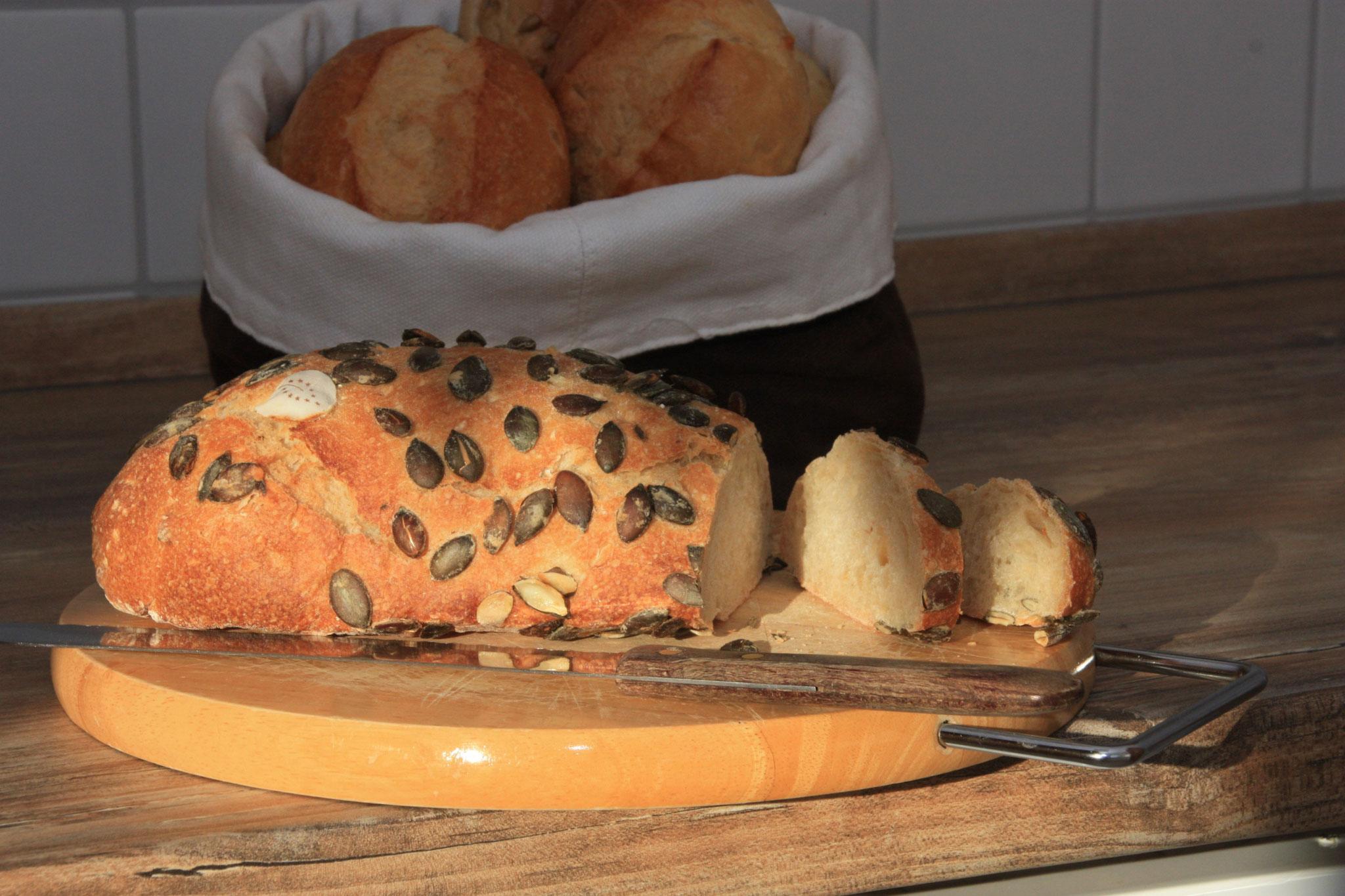 ...hmmmh, frisches duftendes Brot.  | ... hmmm – lekker, vers gesneden brood.  |