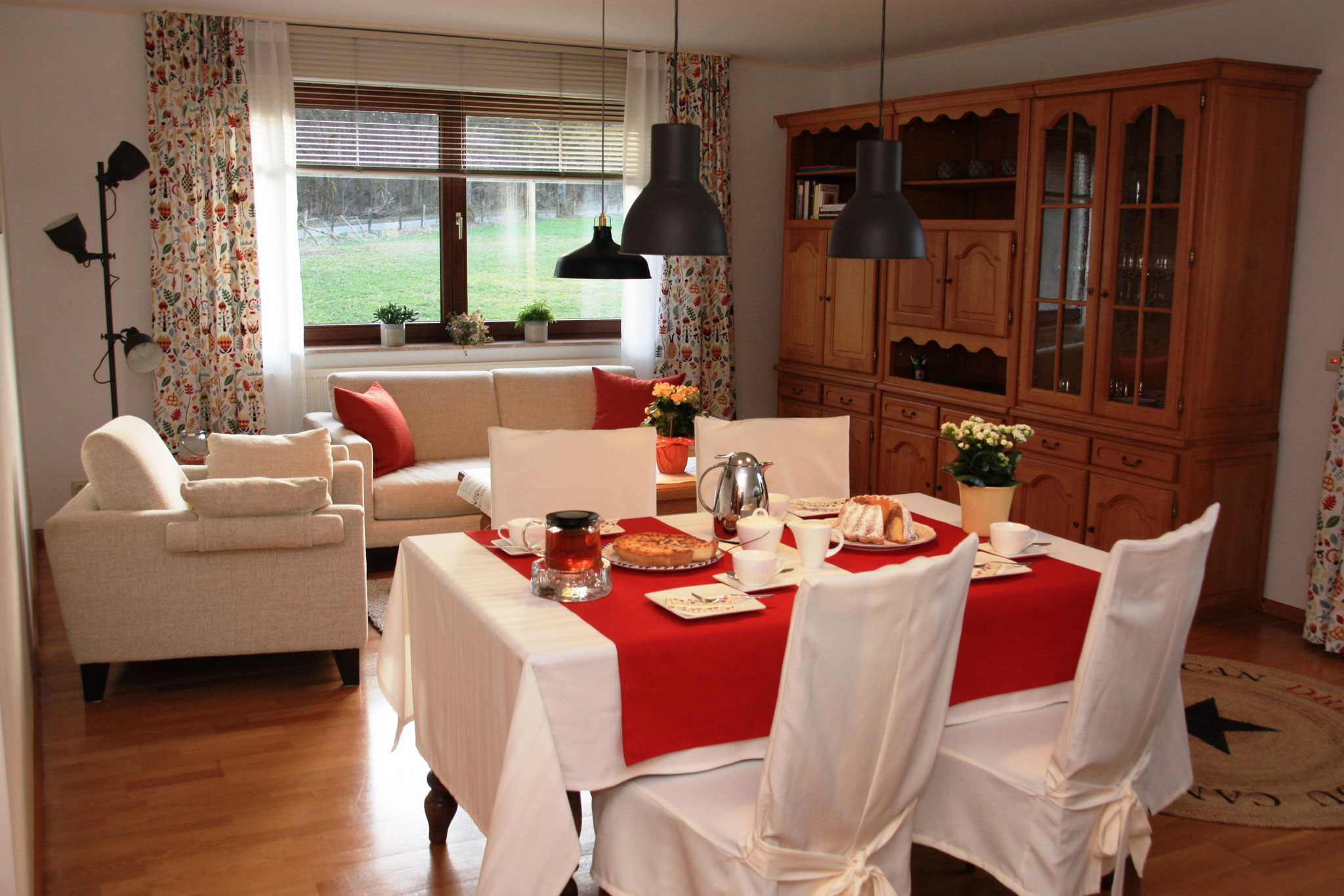 Das geräumige Wohnzimmer     De grote woonkamer     The large living room